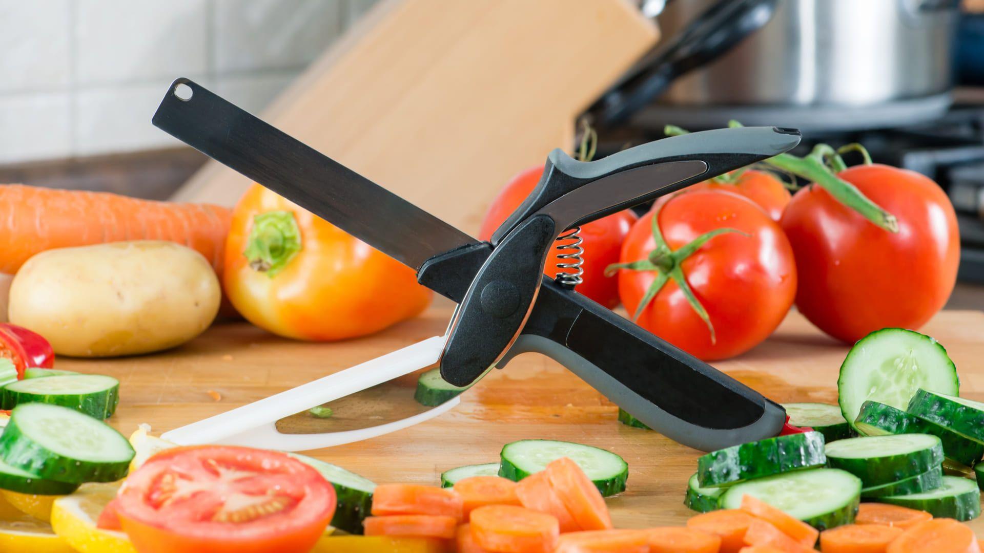 De um lado, a tesoura tem uma faca e, do outro, uma tábua de corte. (Imagem: Reprodução/Shutterstock)