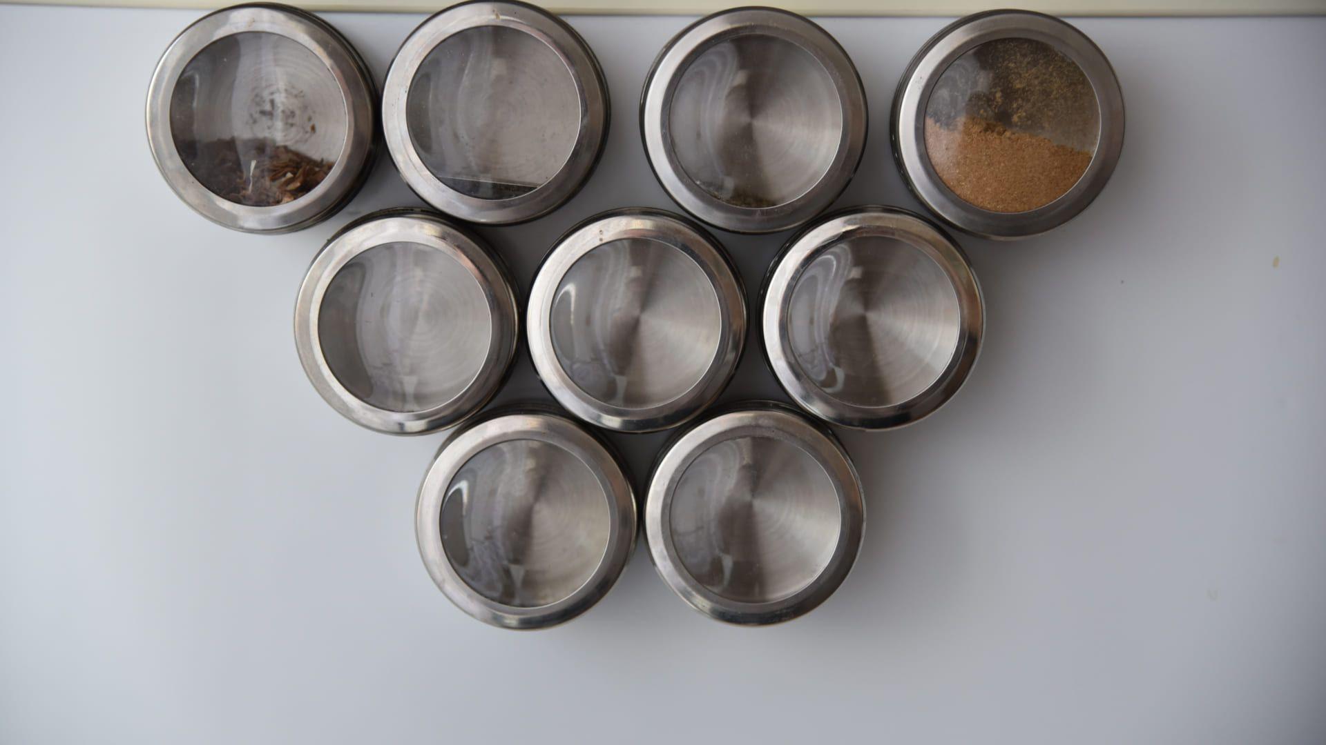 Os porta temperos de imã mantém os condimentos por perto e evitam a bagunça na bancada. (Imagem: Reprodução/Shutterstock)