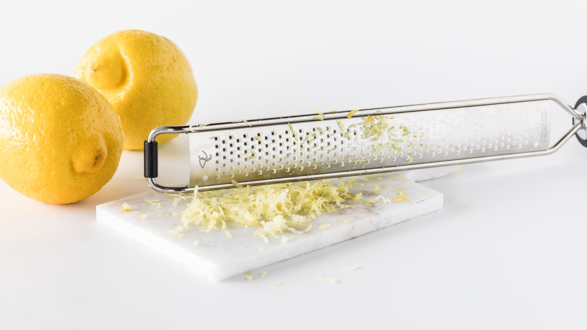 O ralador Microplane é ideal para finalizar pratos ou acrescentar raspas de frutas na comida. (Imagem: Reprodução/Shutterstock)