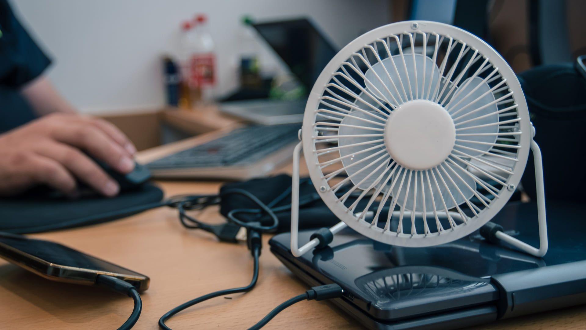 A potência de um ventilador portátil não é tão alta quanto a dos modelos convencionais. (Imagem: Reprodução/Shutterstock)