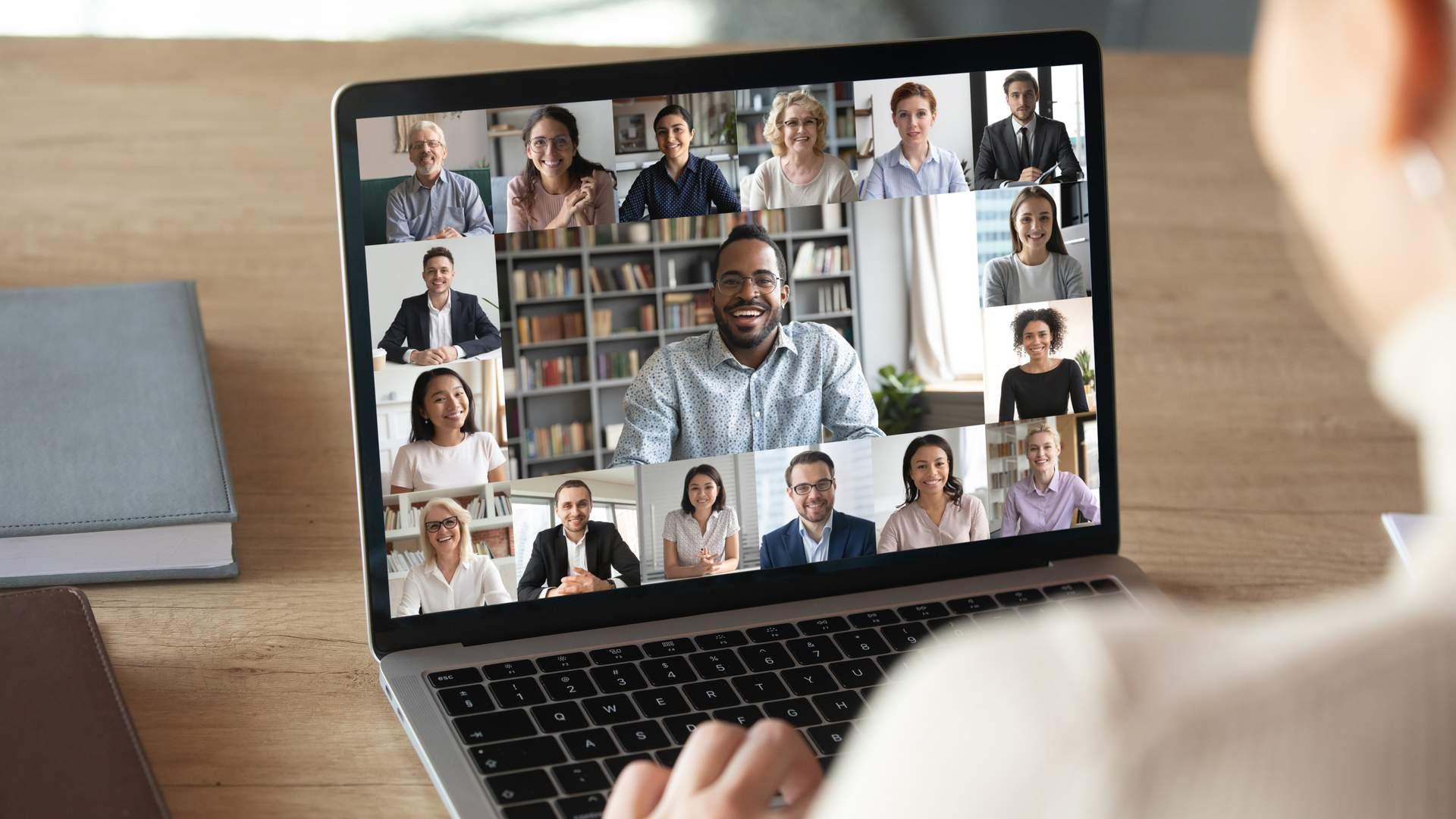 Uma webcam para notebook pode melhorar a qualidade da sua imagem, em relação ao que já vem no notebook (Fonte: Shutterstock/fizkes)