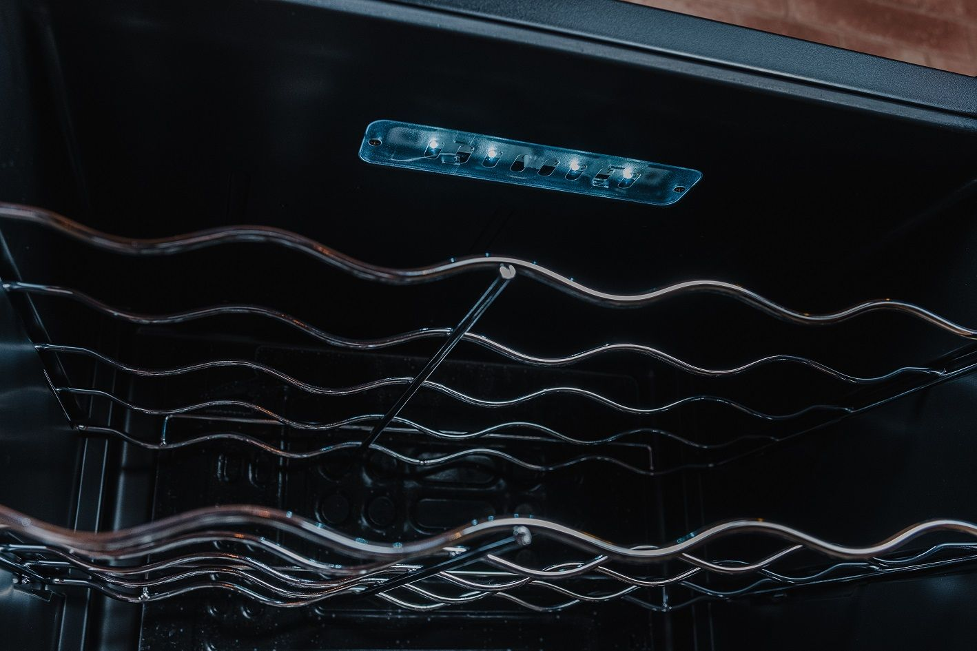 O interior dessa adega EOS tem prateleiras cromadas e luz interna (Foto: Zoom)