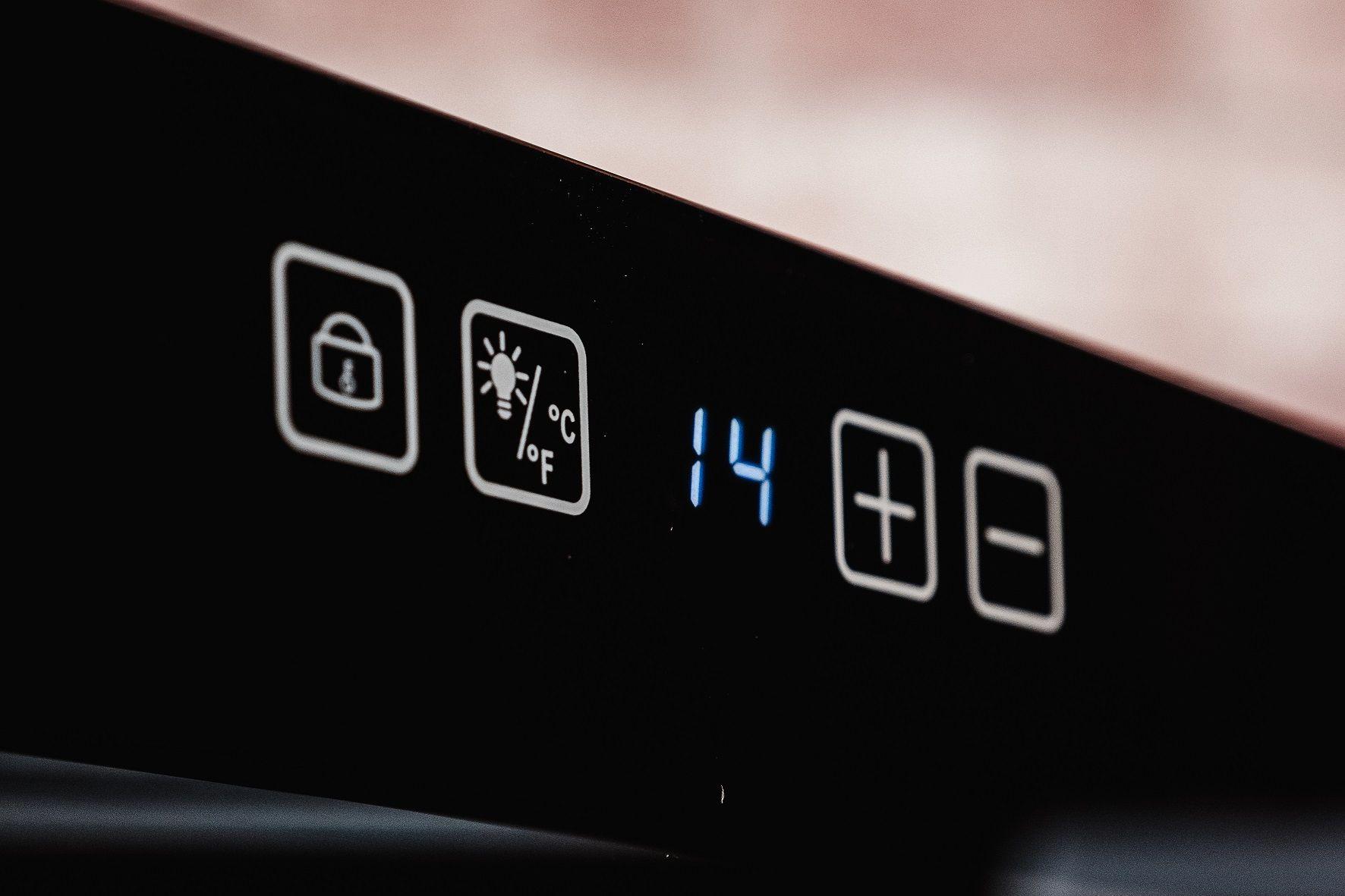 """O painel eletrônico dessa adega possui sistema """"touch screen"""" e é bem fácil de usar (Foto: Zoom)"""