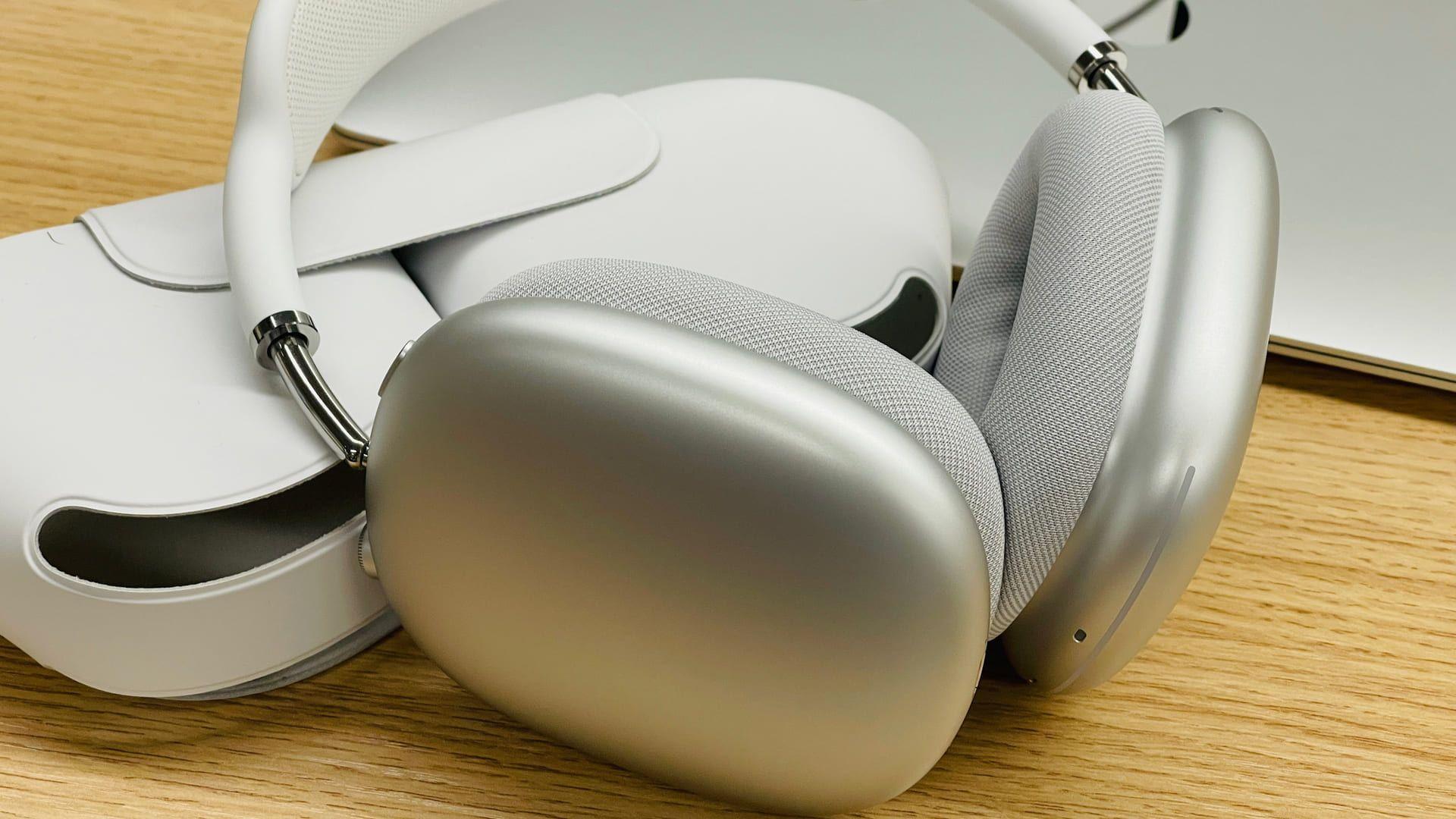 Fone da Apple AirPods Max tem case que mantém carga. (Foto: Shutterstock)