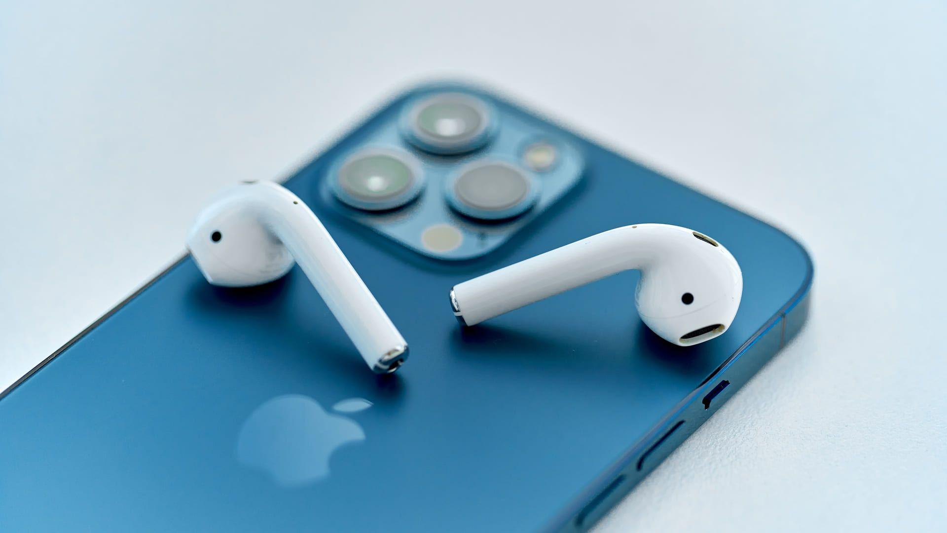 Os Airpods 2° geração possuem ótima integração com dispósitivos Apple. (Foto: Shutterstock)