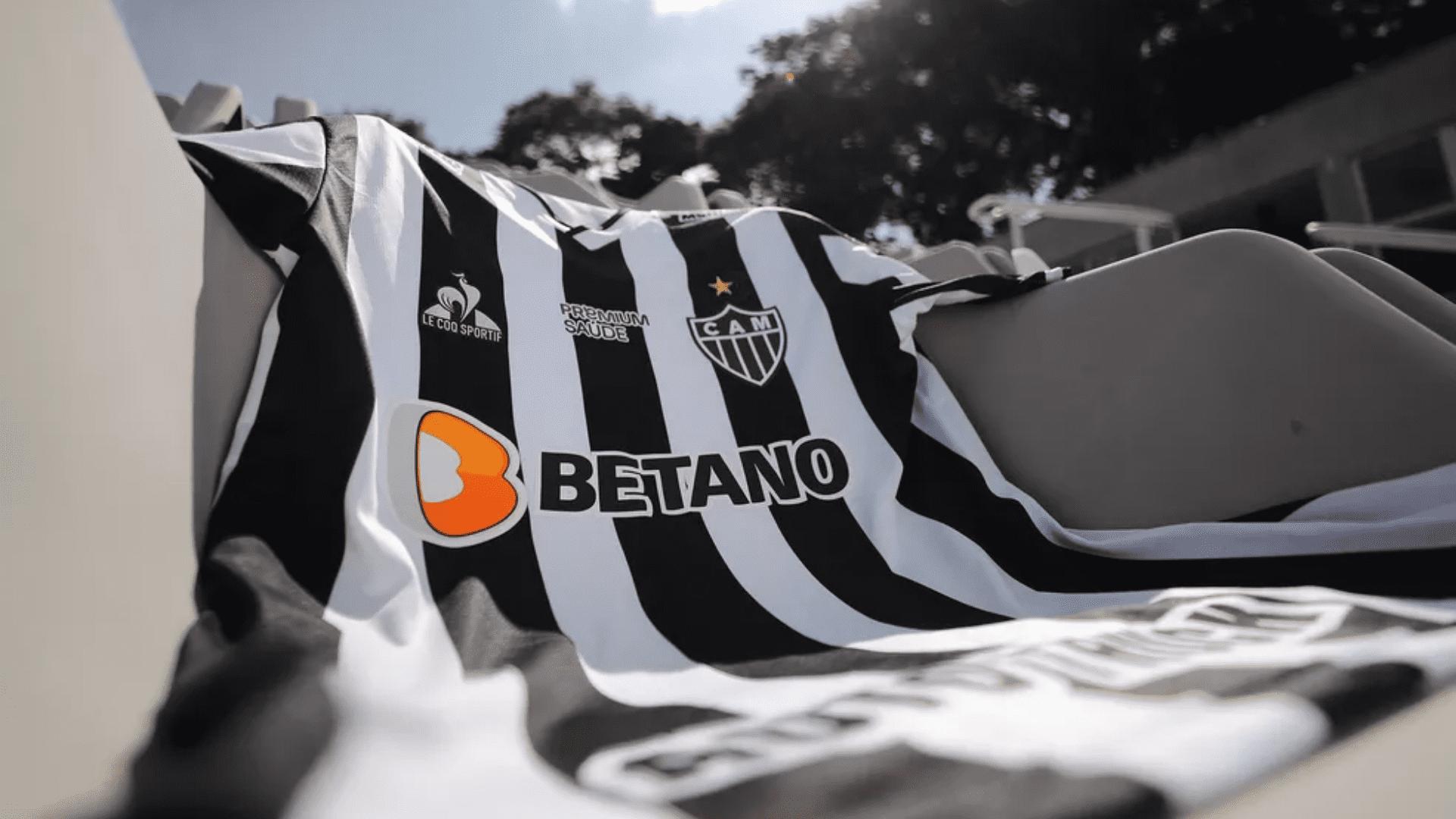 Conheça os modelos de camisa do Galo para comprar em 2021! (Imagem: Divulgação/Le Coq Sportf)