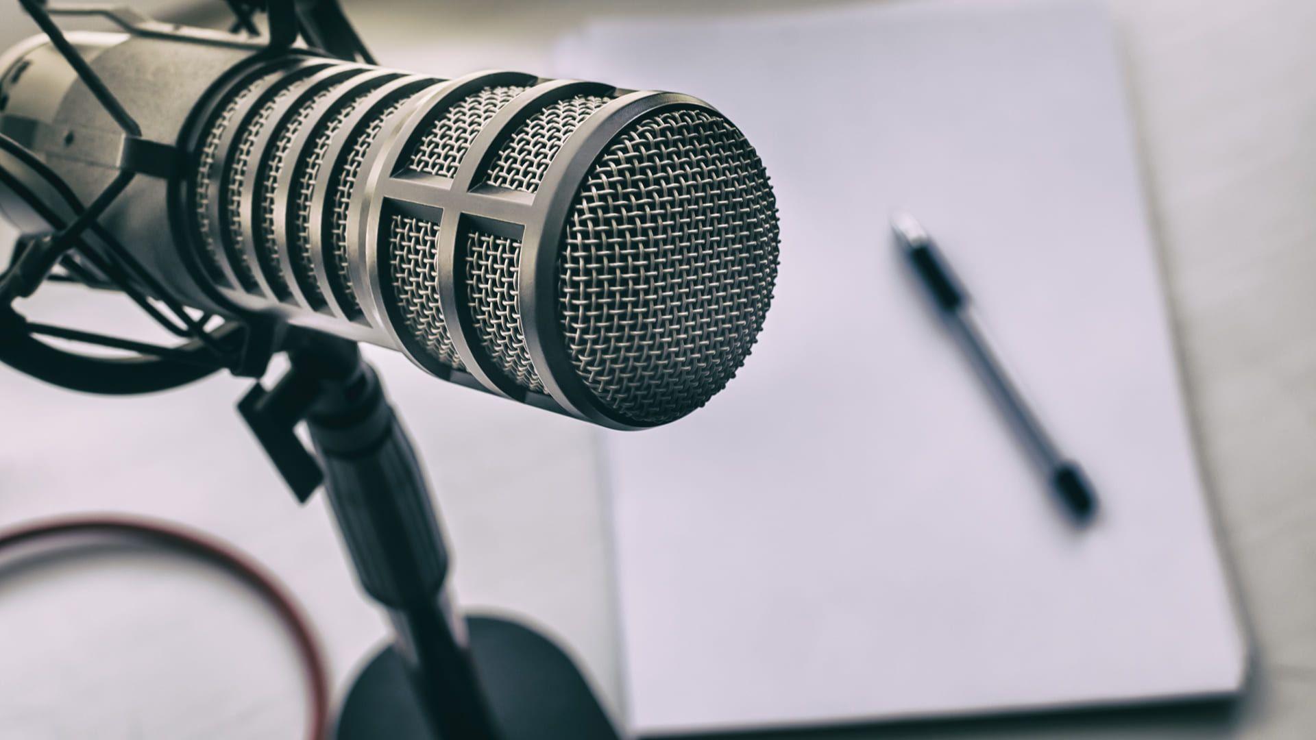 É possível fazer um podcast dentro de casa com poucos recursos (foto: Shutterstock/Andrei Diachenko)