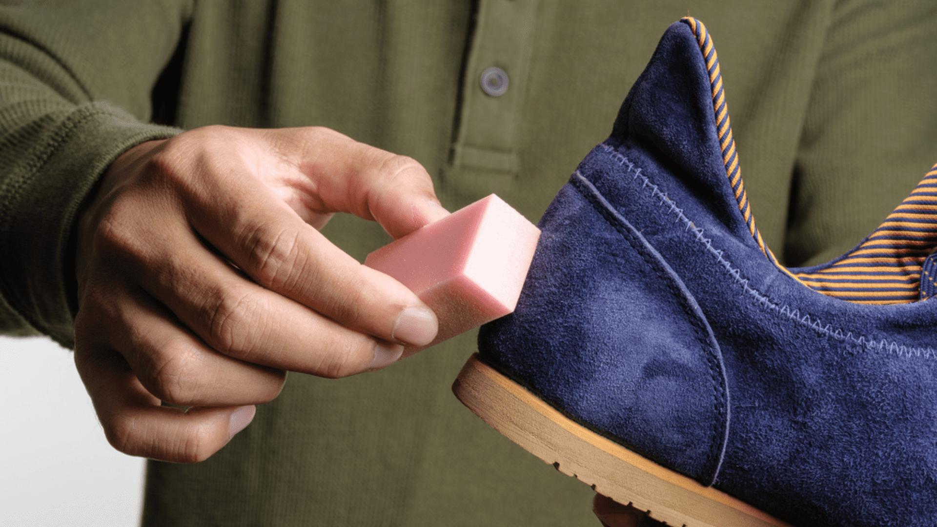 Entenda como limpar tênis de camurça abaixo! (Imagem: Reprodução/Shutterstock)