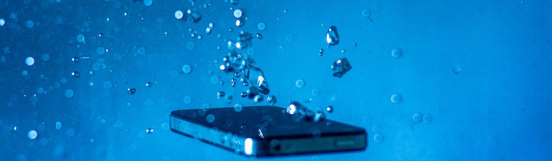 Como tirar água do celular: veja como salvar seu aparelho