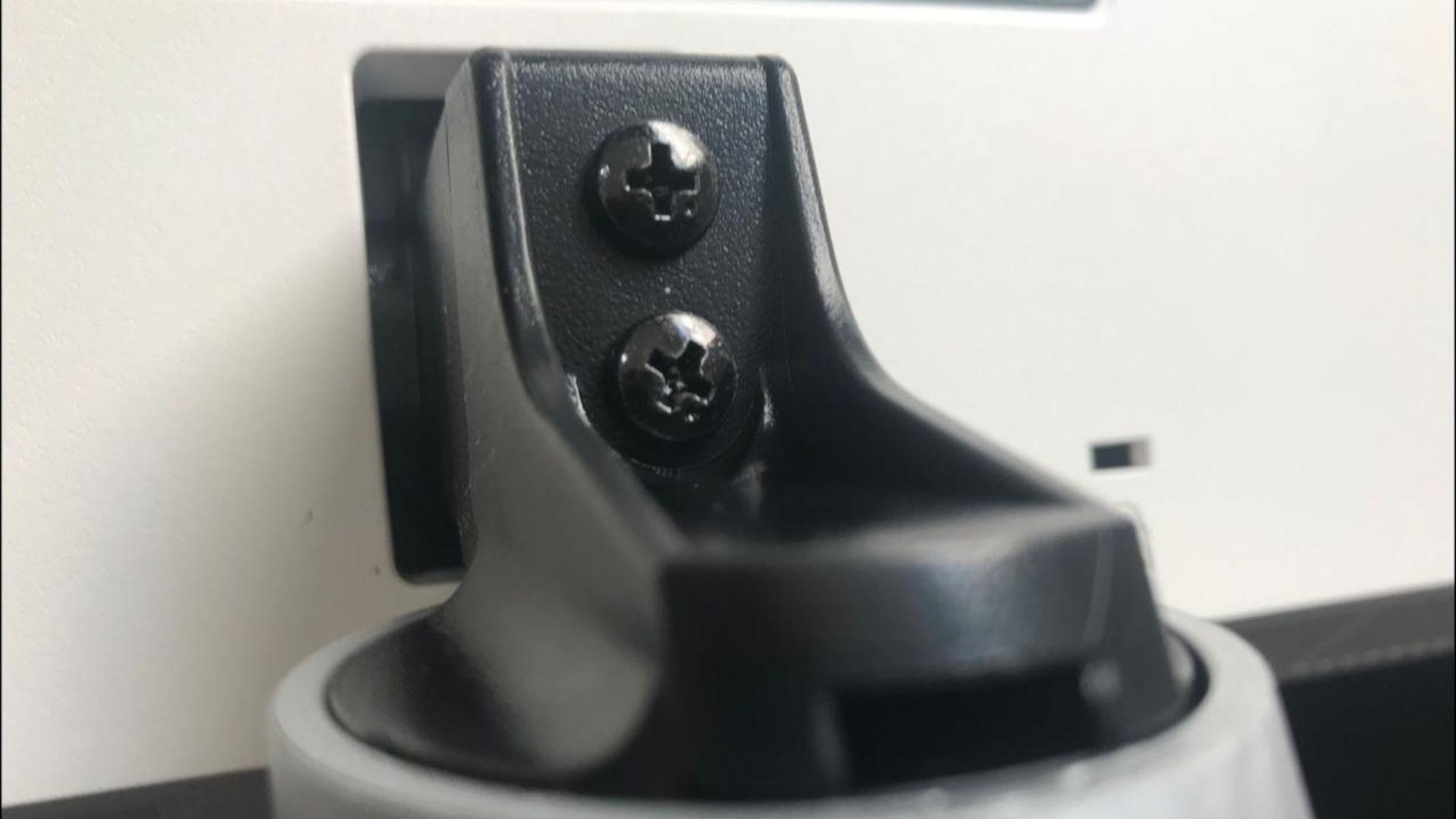 Depois de retirada a tampa, basta conectar o suporte à base com os dois parafusos que vêm com o produto (Foto: Guilherme Toscano)