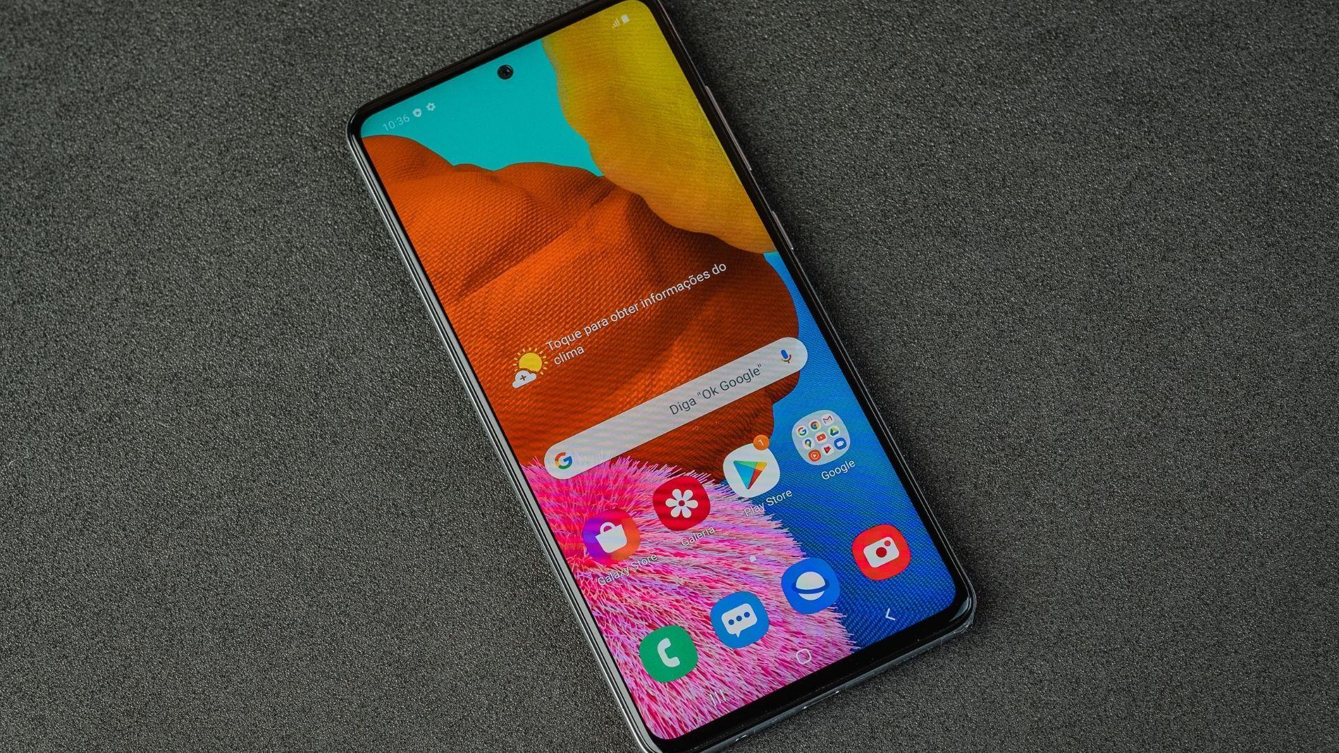 Samsung A51 visto de cima com a tela inicial à mostra