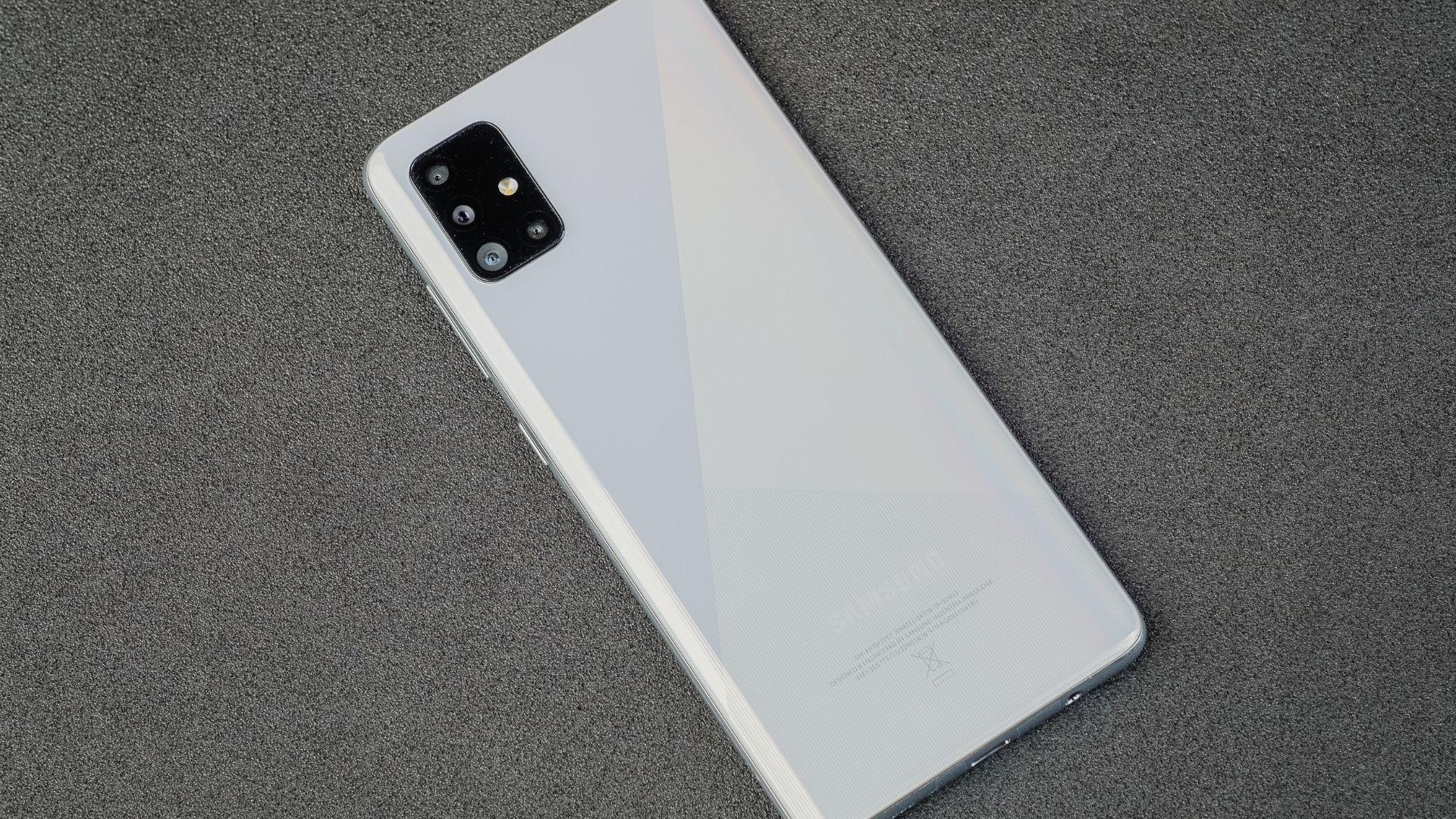 Parte traseira do A51 com o conjunto de câmeras e o logo da Samsung