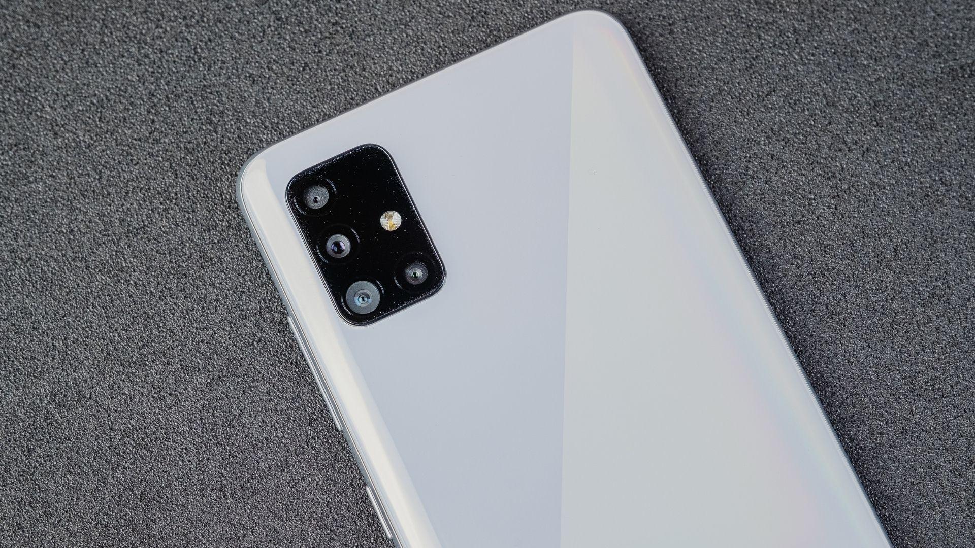 Parte de trás do Galaxy A51 com conjunto de câmeras em destaque