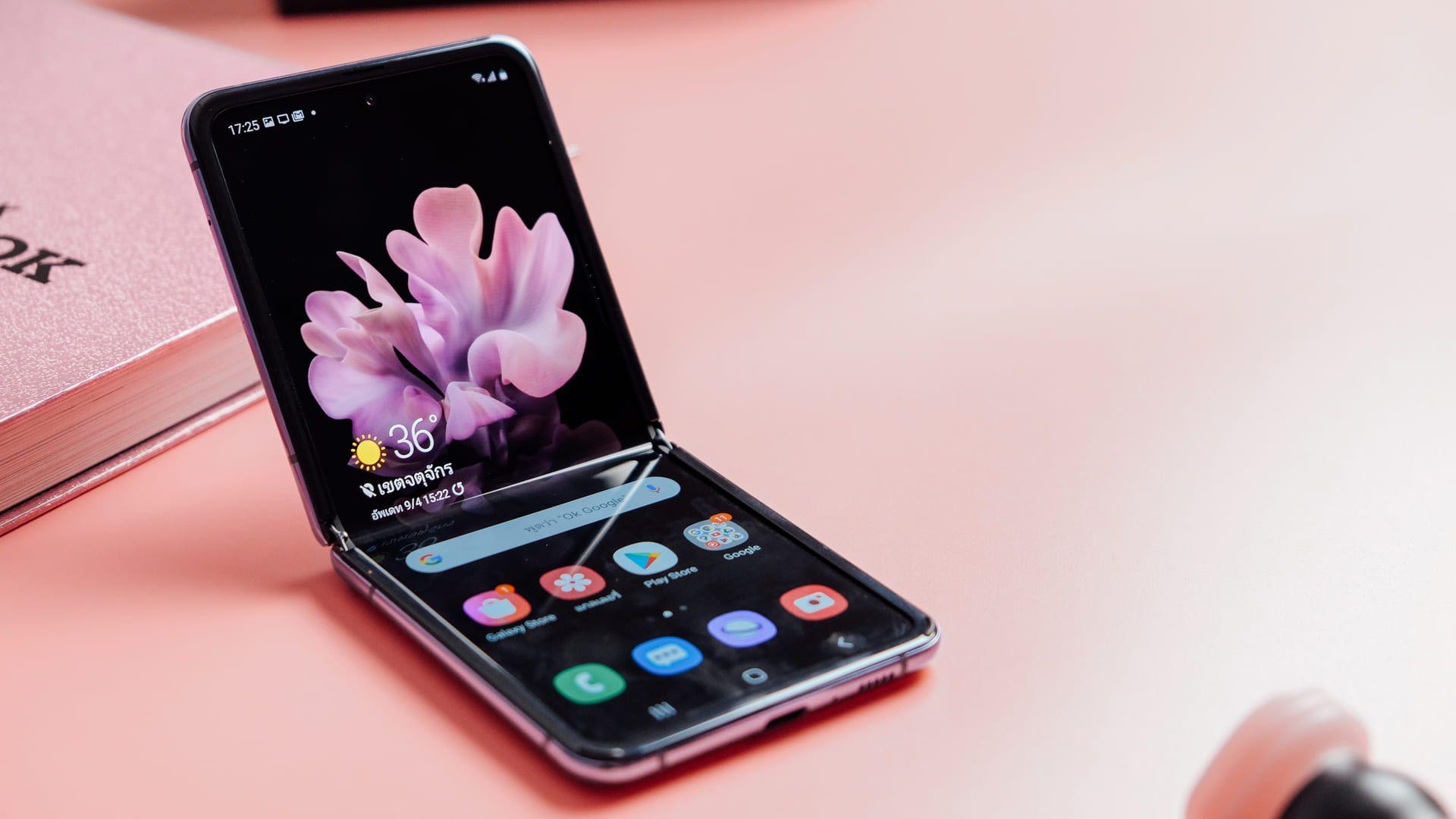 Samsung Galaxy Z Flip é dobrável e cabe facilmente no bolso (Foto: Shutterstock)