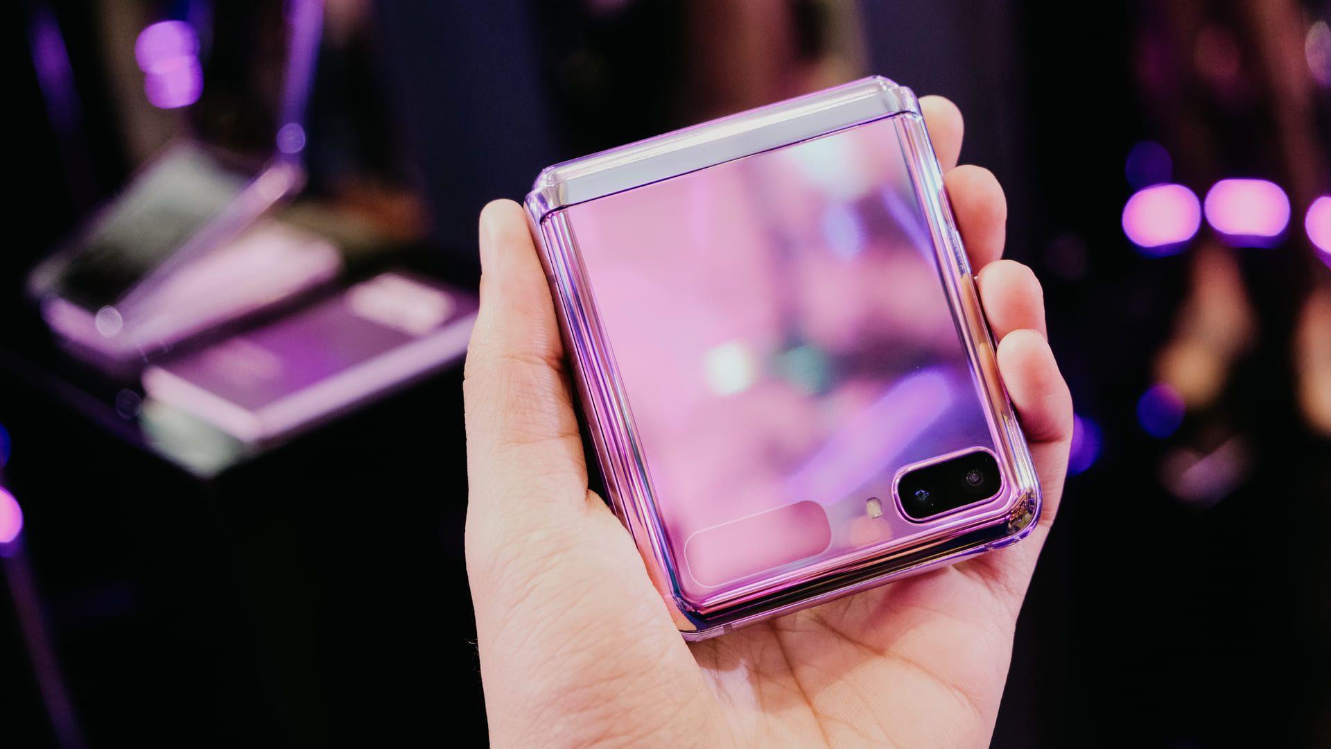 O Galaxy Z Flip conta com duas câmeras externas e uma interna. (Foto: Shutterstock)