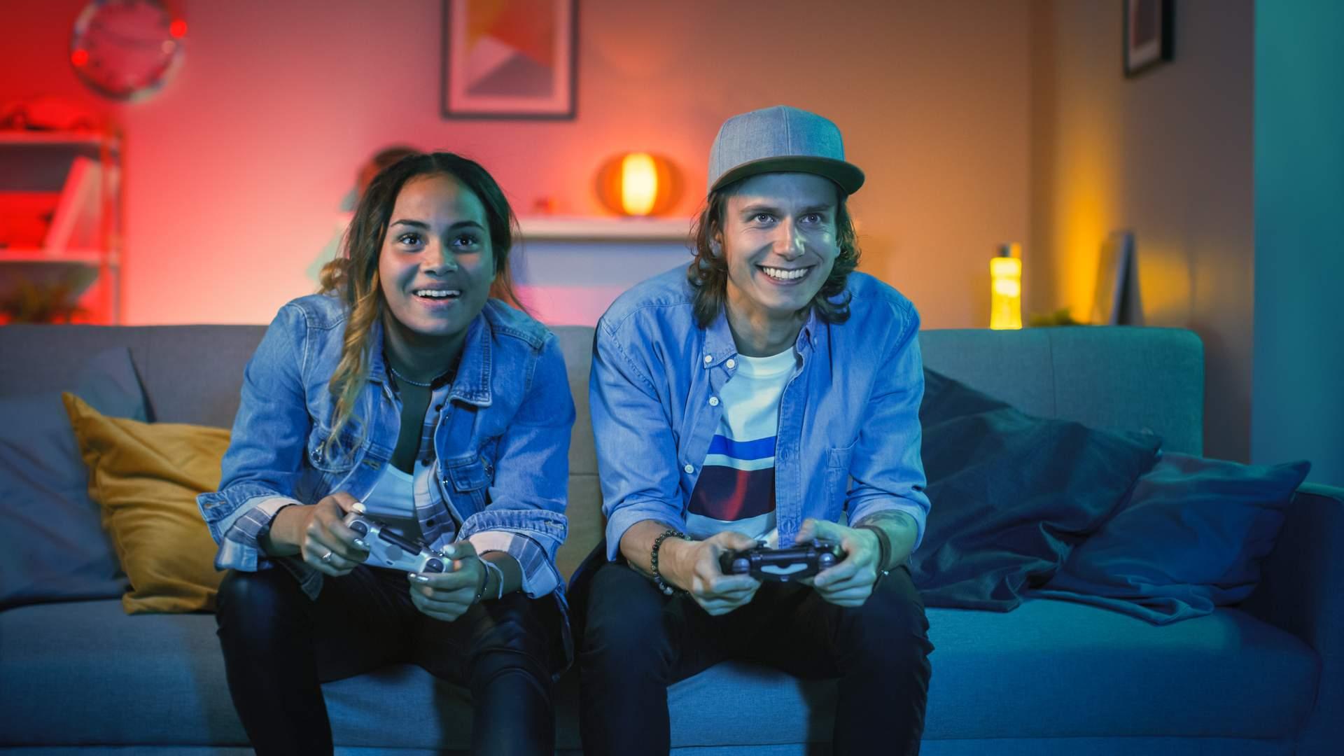 O GeForce Now também possibilitará jogar pela nuvem com controles de PlayStation e Xbox, para quem prefere jogar no sofá (Fonte: Shutterstock/Gorodenkoff)