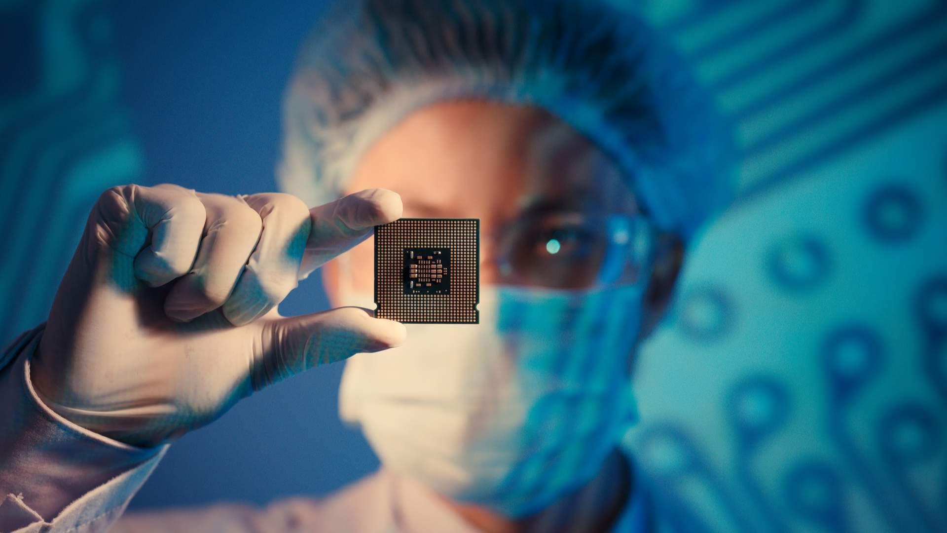 A placa de vídeo Intel HD Graphics vem junto com o processador, como esse segurado por um engenheiro de computação na imagem, por isso é considerada uma placa de vídeo integrada (Fonte: Shutterstock)