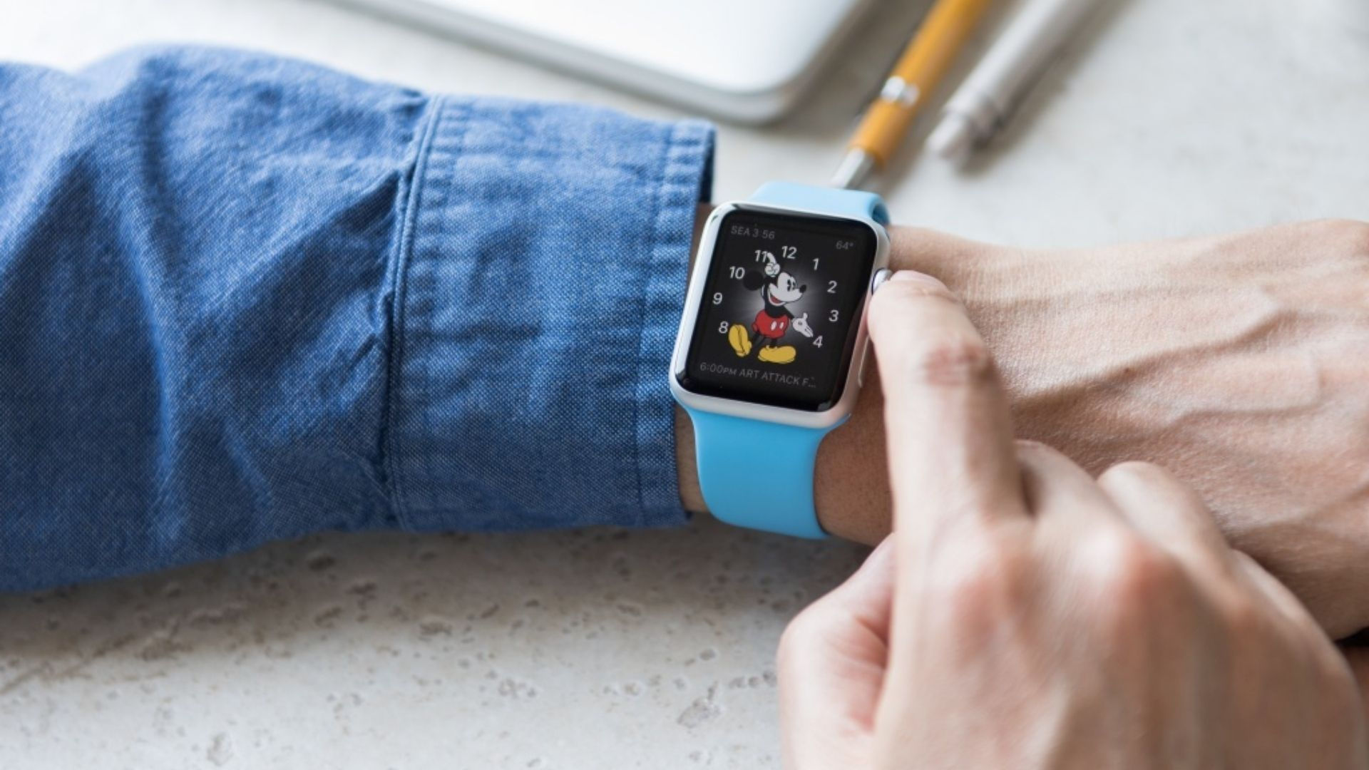Interface do Mickey presente no Apple Watch (foto) também está disponível no smartwatch Iwo 8 (Foto: Anna Hoychuk/Shutterstock)