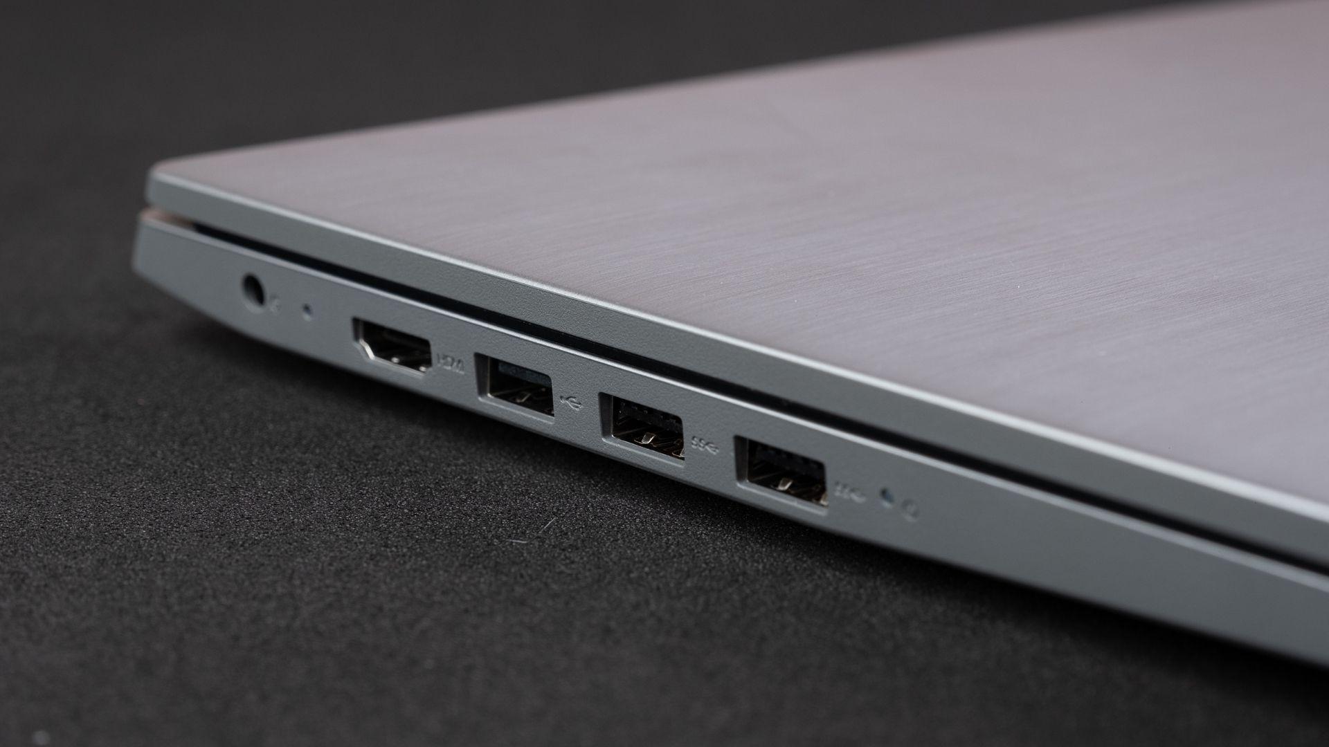 As três entradas USB do Lenovo IdeaPad S145 i5 8GB SSD ficam do mesmo lado (Foto: Zoom)