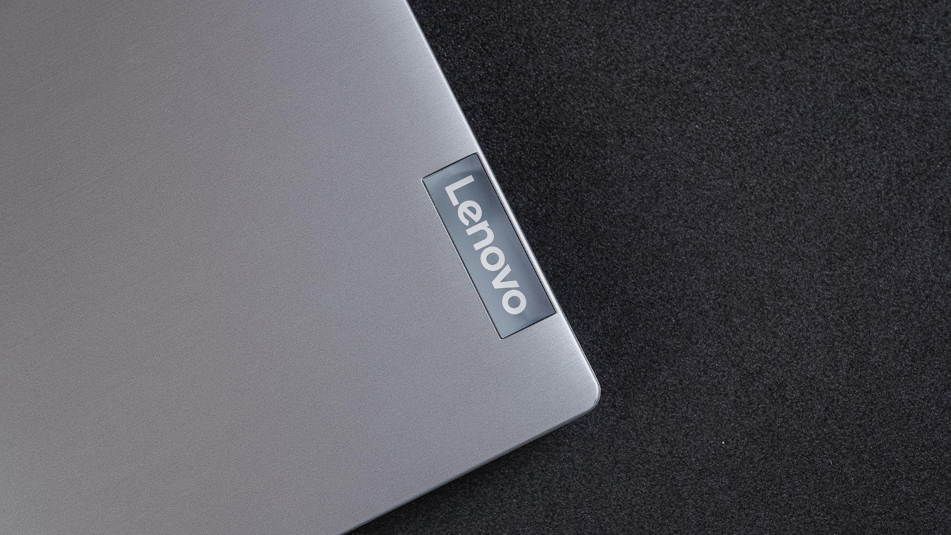 O único detalhe na tampa do Lenovo IdeaPad S145 i5 8GB SSD é a marca da Lenovo na lateral (Foto: Zoom)