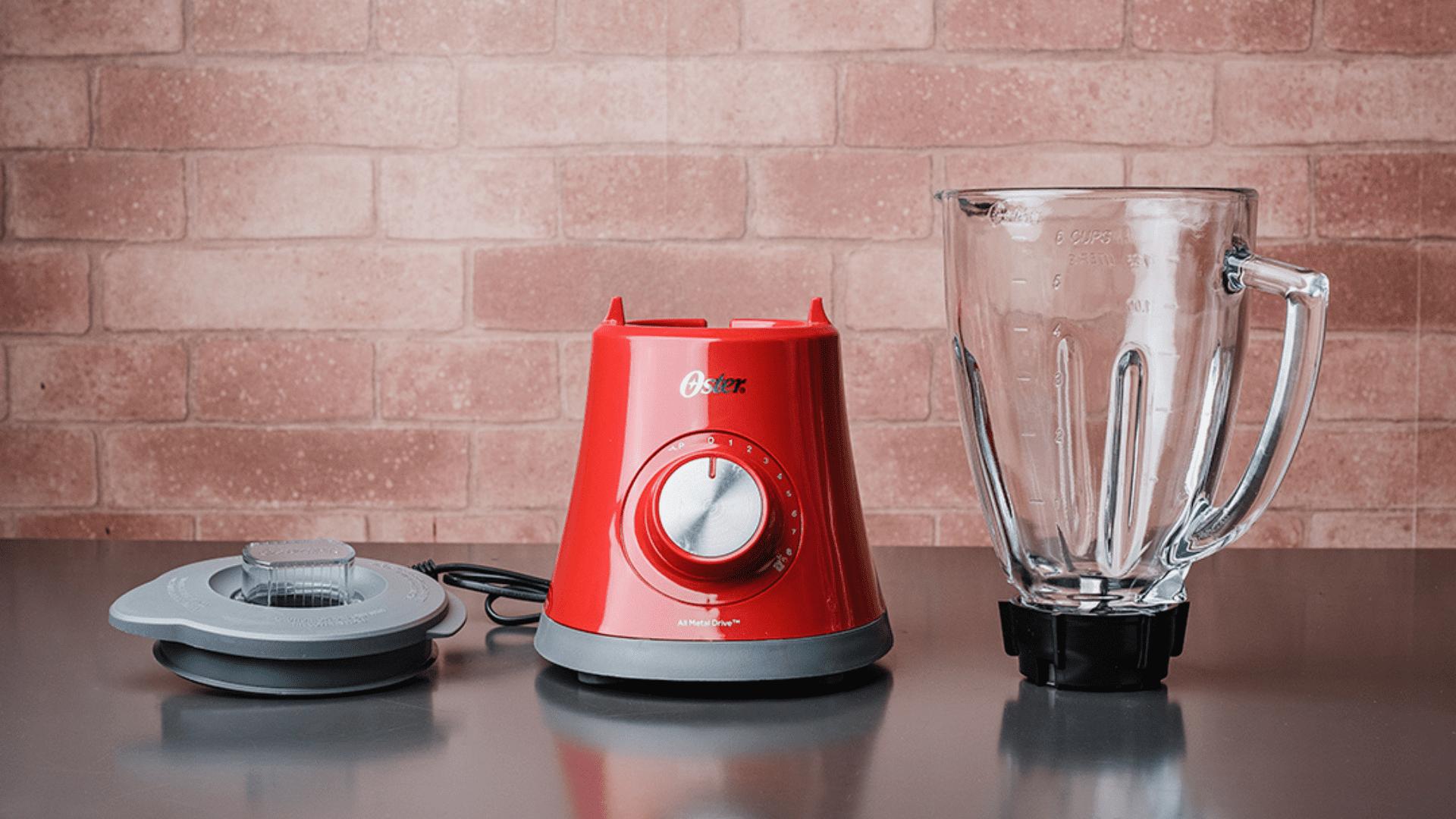 Simples de montar, o Oster Super Chef vem com a base, a jarra de vidro, as lâminas e a tampa com sobretampa medidora (Foto: Zoom)