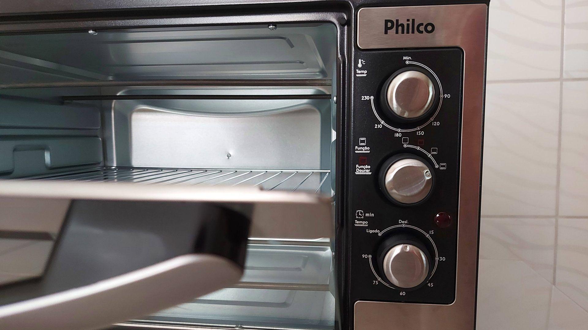 Os botões seletores desse forno elétrico Philco são bem fáceis de visualizar e manusear (Foto: Ariel Cristina Borges)