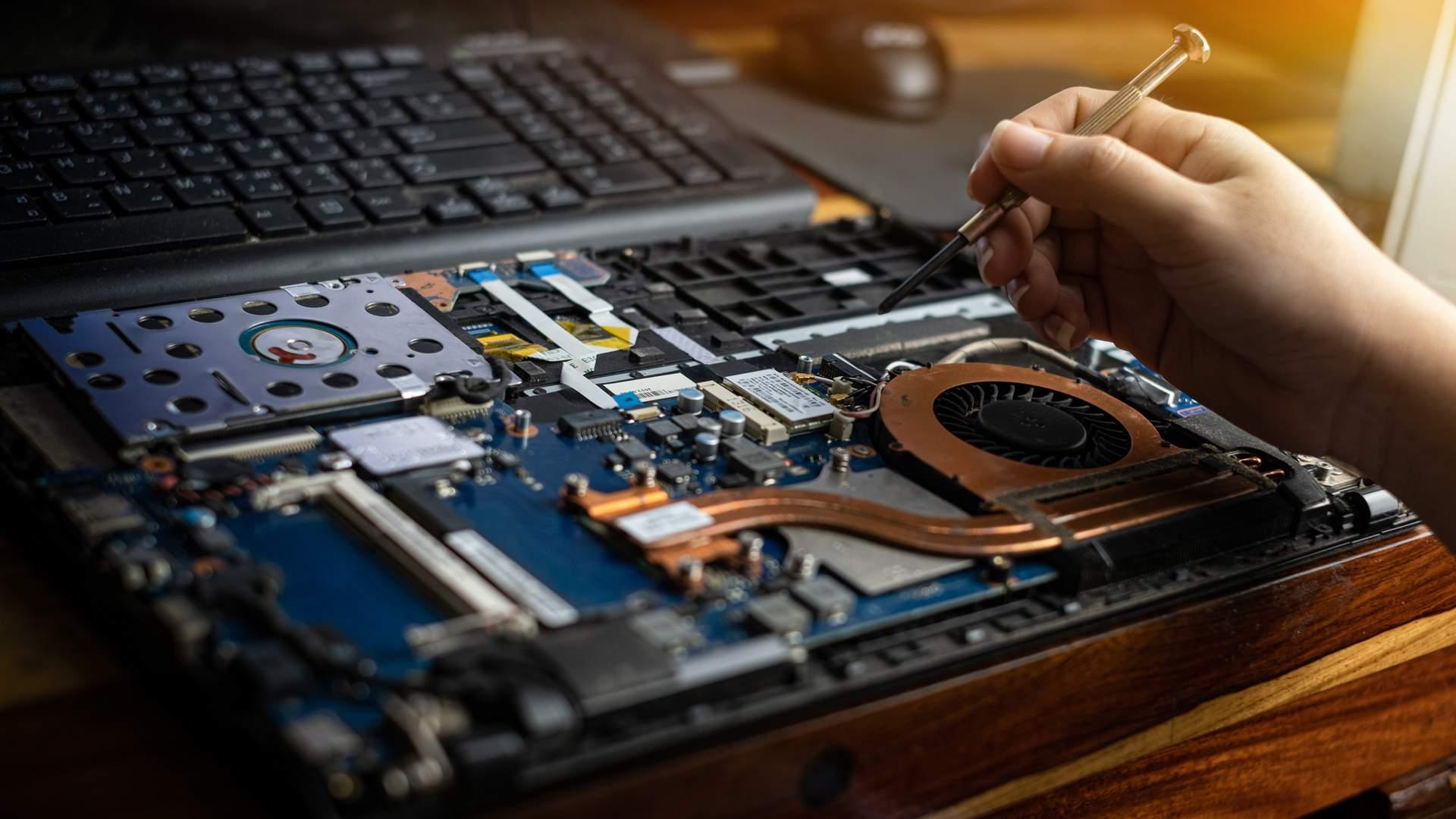 Saber o hardware do seu notebook é essencial para escolher o monitor certo (Fonte: Shutterstock/Thichaa)
