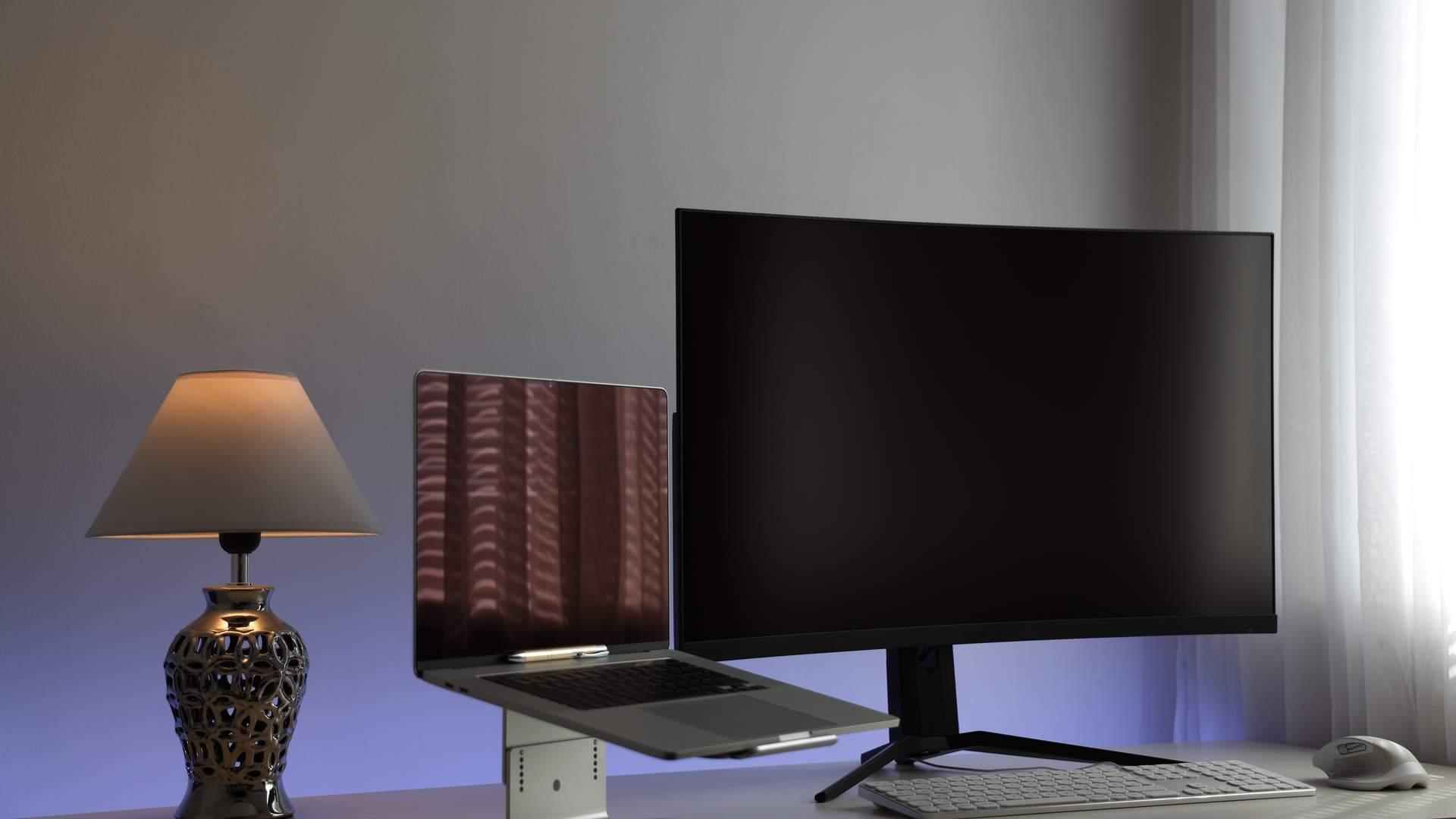 Um monitor para notebook tem muitas vantagens e ainda pode ficar elegante no seu home office (Fonte: Shutterstock/mlagiolino)
