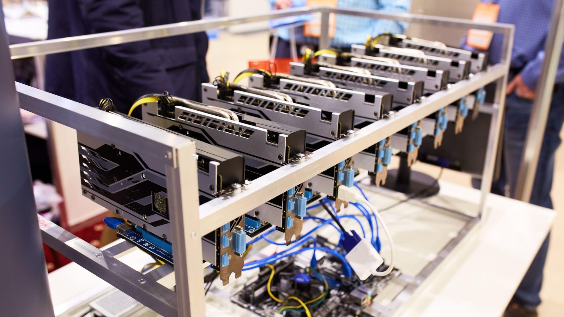Existem mineradores que possuem diversas placas de vídeo para ganhar criptomoedas (Foto: Reprodução/Shutterstock)