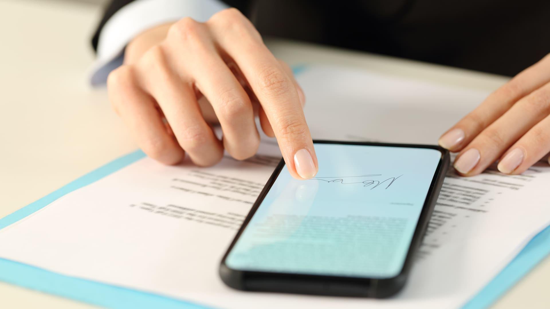 Saber como fazer assinatura digital atualmente é um dos meios mais seguros de assinar contratos (Foto: Shutterstock)