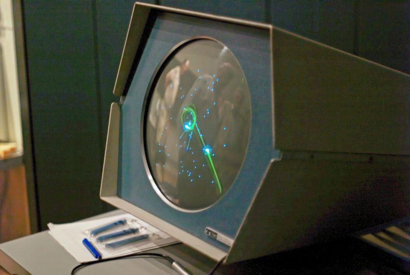 Spacewar! é conhecido como o primeiro jogo de computador, mas exigia dois jogadores (Fonte: Flickr/Joi Ito)