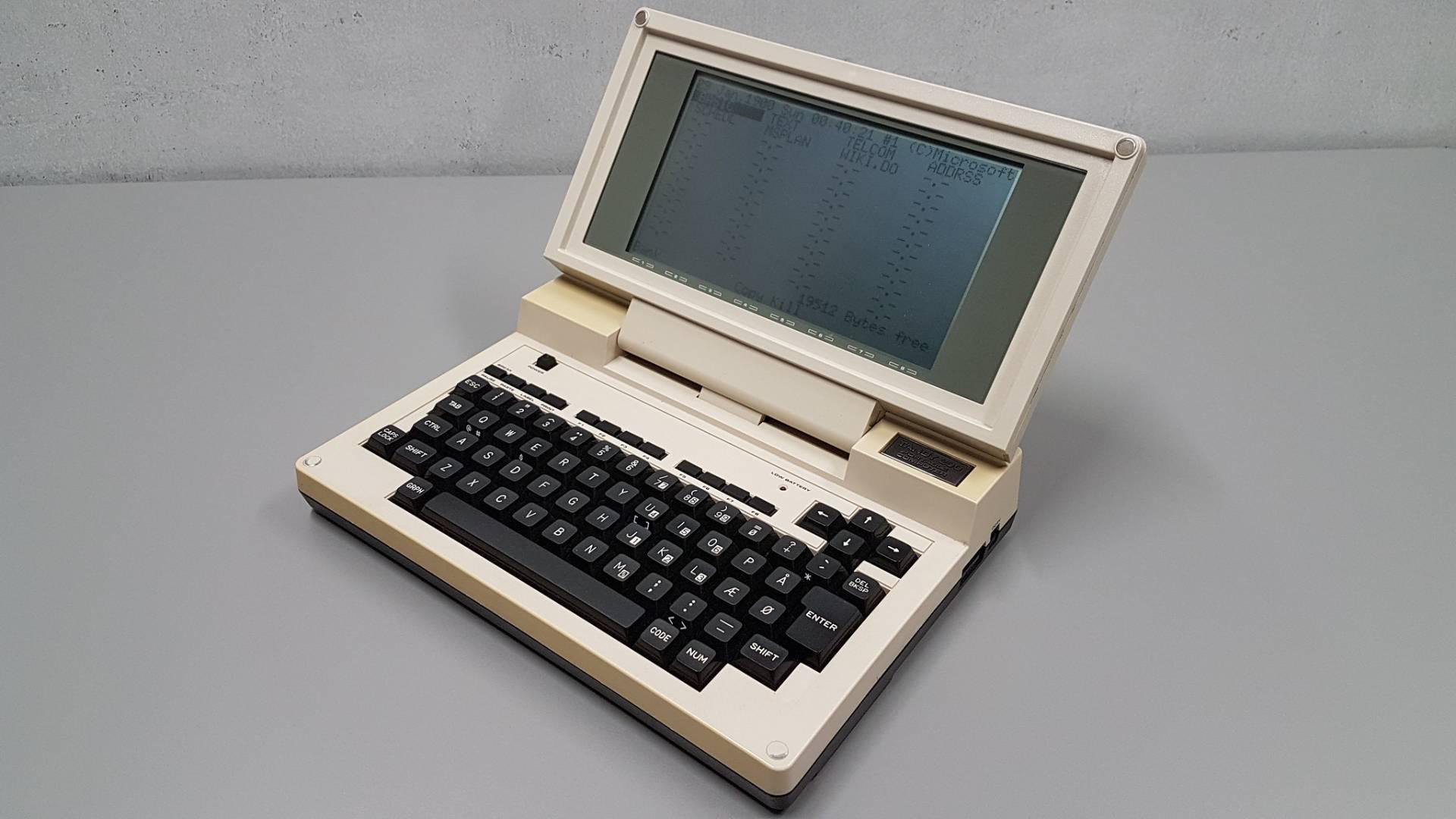 """O """"Tandy 200"""", como era popularmente conhecido, foi o primeiro computador portátil em formato de caderno (Fonte: Flickr/Marcin Szewczyk-Wilgan)"""