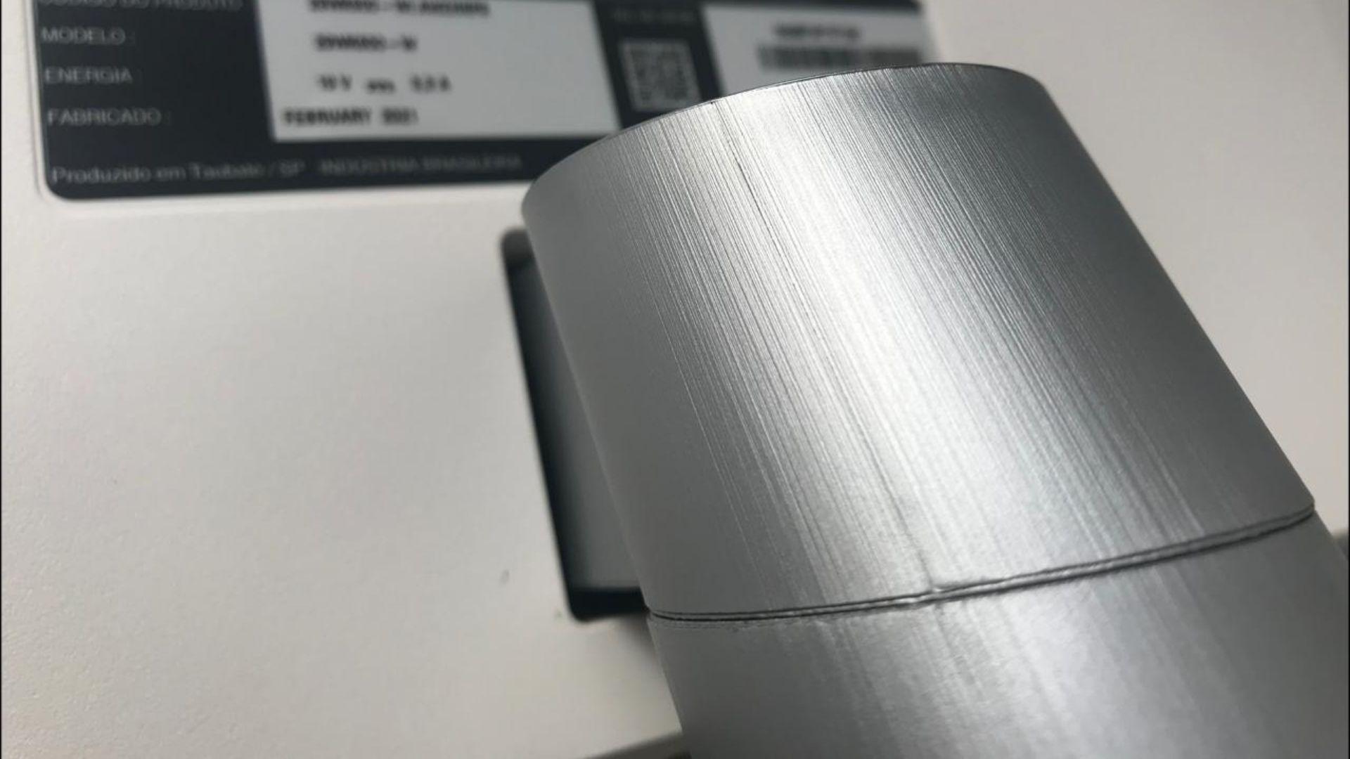 O suporte do monitor LG ultrawide 29'' vem com sua tampa, mas não é claro que ela é removível (Foto: Guilherme Toscano)
