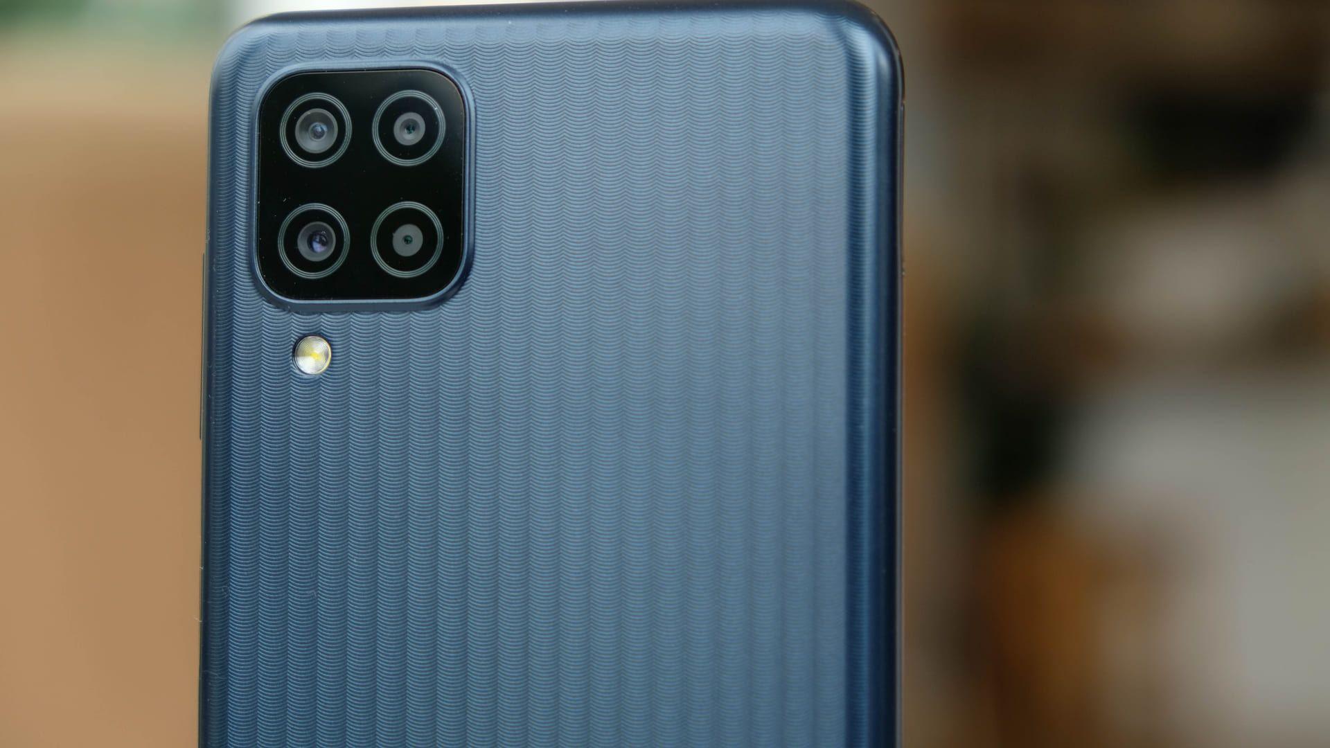 Parte traseira do Galaxy M12, um celular da linha Samsung Galaxy M