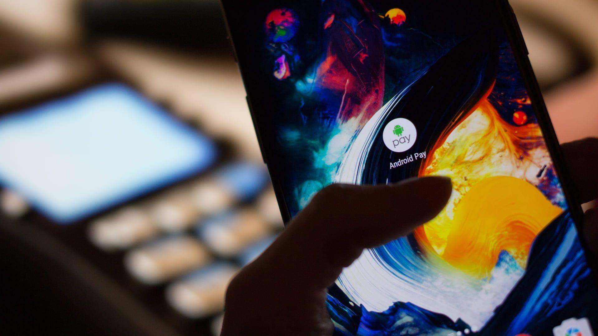 Hoje em dia existem vários modelos tanto Android quanto iOS que já vem com NFC (Foto: Shutterstock)