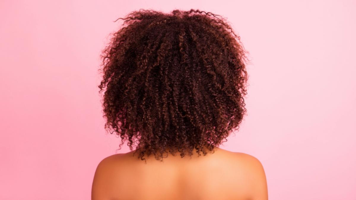 Veja algumas técnicas para cachear o cabelo (Imagem: Reprodução/Shutterstock)