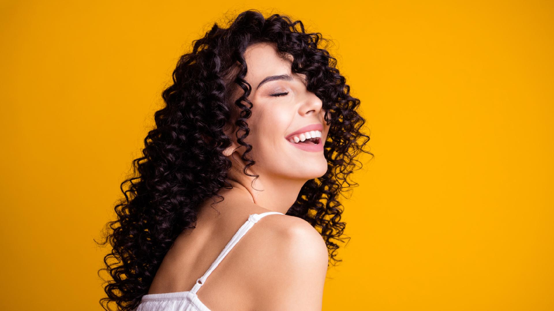 Entenda como cachear o cabelo (Imagem: Reprodução/Shutterstock)
