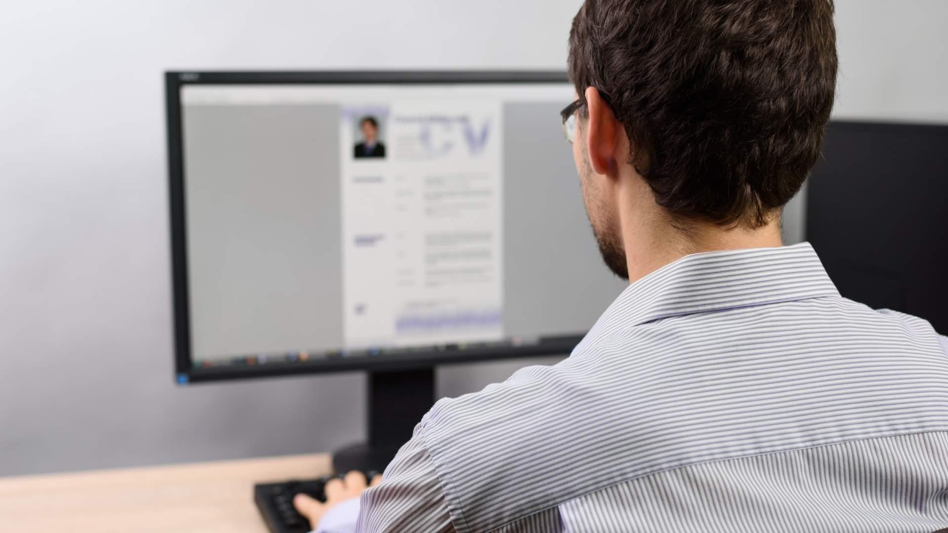 Confira dicas importantes para se destacar na hora do seu currículo ser avaliado por empresas (Fonte: Shutterstock)