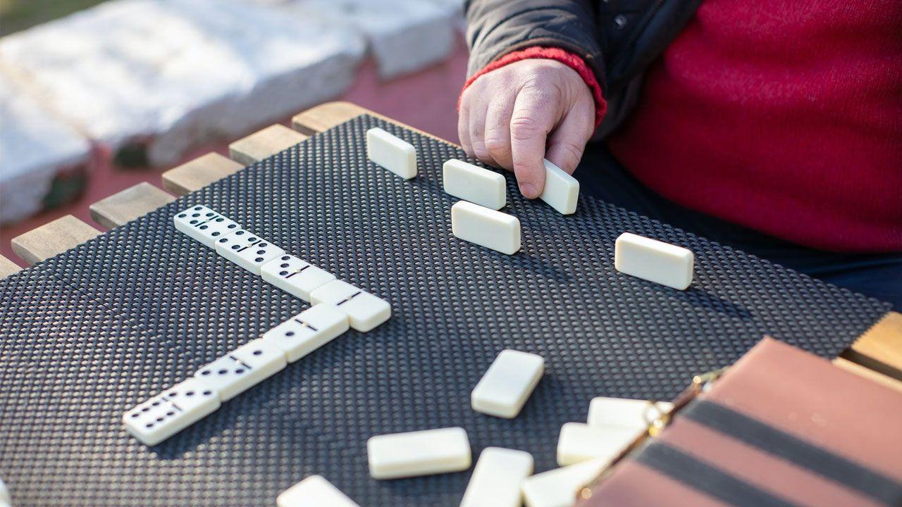 Dominó é um divertido jogo de tabuleiro com diferentes conjuntos de regras (Reprodução: Kampus Production da Pexels)