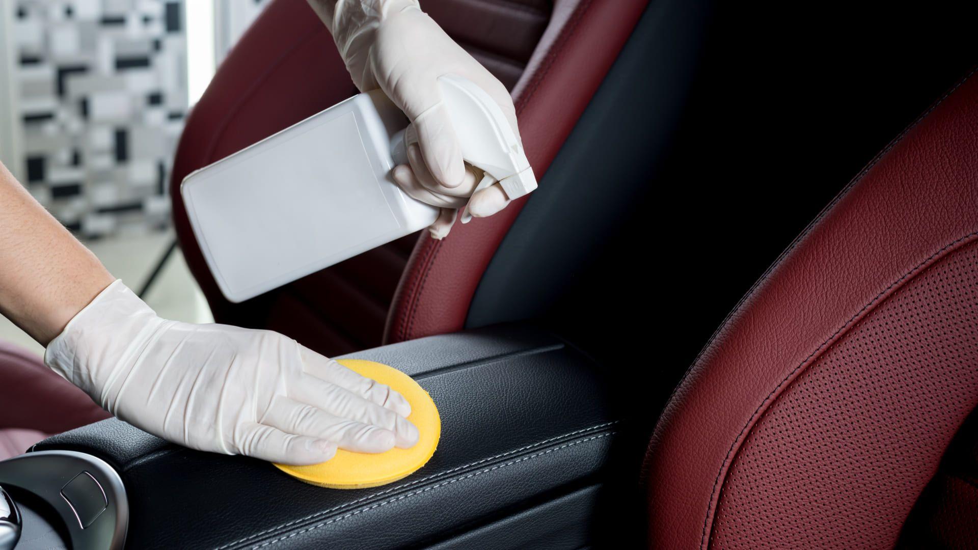 Veja quais os truques para limpar o banco do carro de couro. (Imagem: Reprodução/Shutterstock)