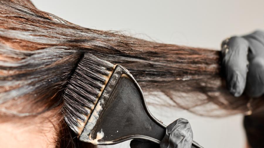 Confira o passo a passo de como pintar o cabelo (Imagem: Reprodução/Shutterstock)