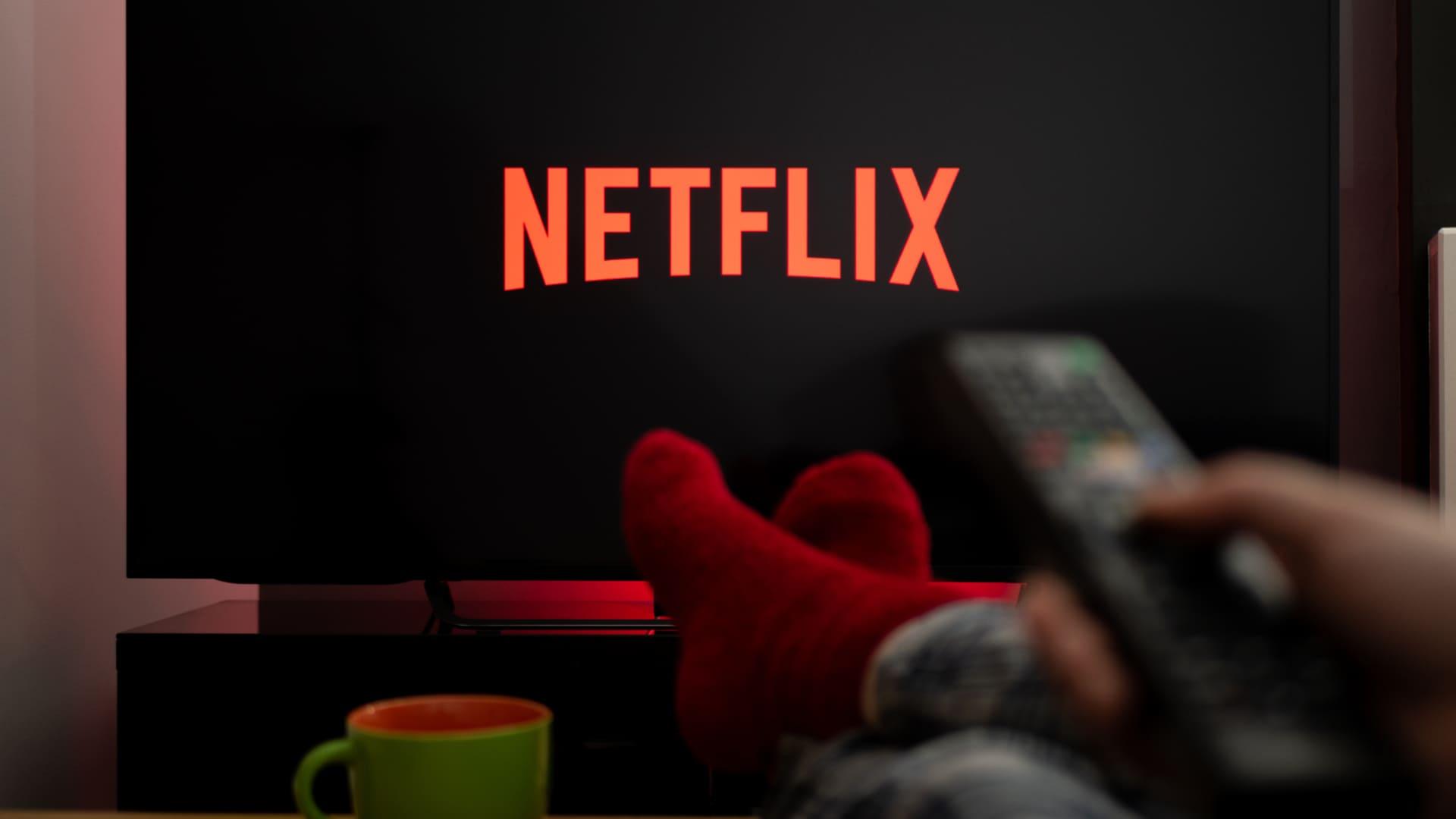 Abaixo, ensinamos as duas maneiras de sair da Netflix na televisão. Confira! (Imagem: Reprodução/Shutterstock)