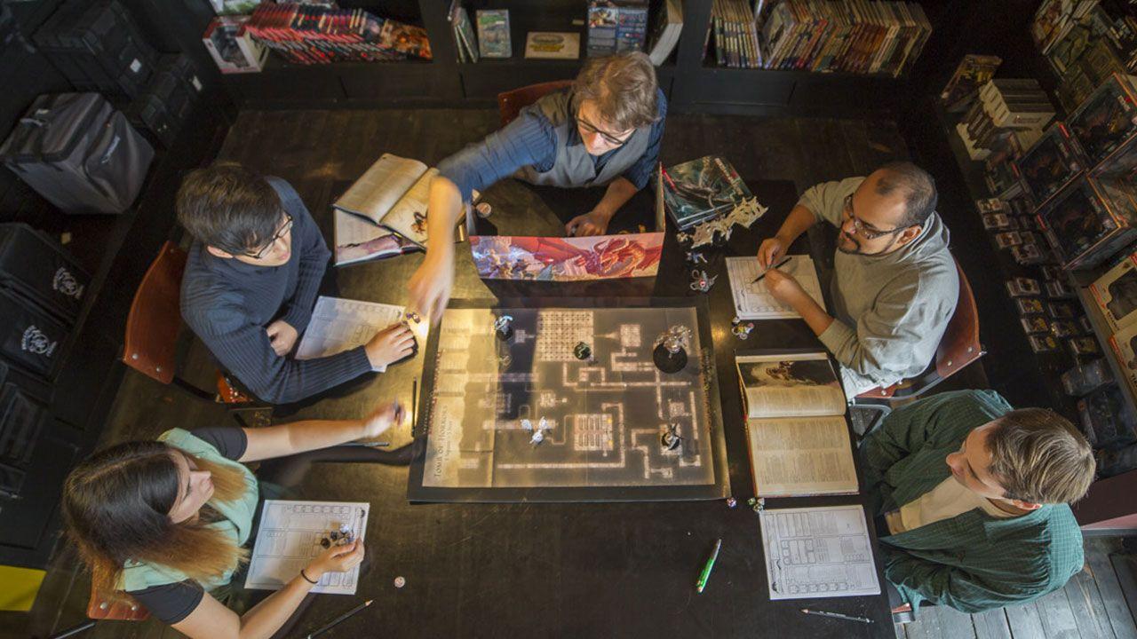 O RPG de Mesa costuma utilizar dados diferentes da maioria dos jogos de tabuleiro, com múltiplas faces como o D20 (Reprodução/Wizards of the Coast)