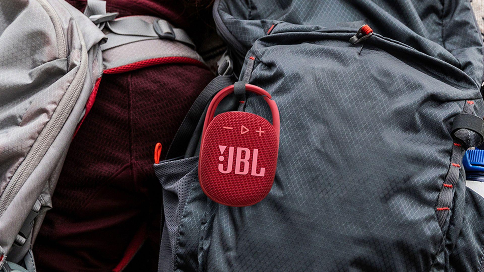 """A JBL Clip 4 possui um """"gancho"""" e pode ser presa em mochilas, por exemplo. (Foto: Divulgação/JBL)"""