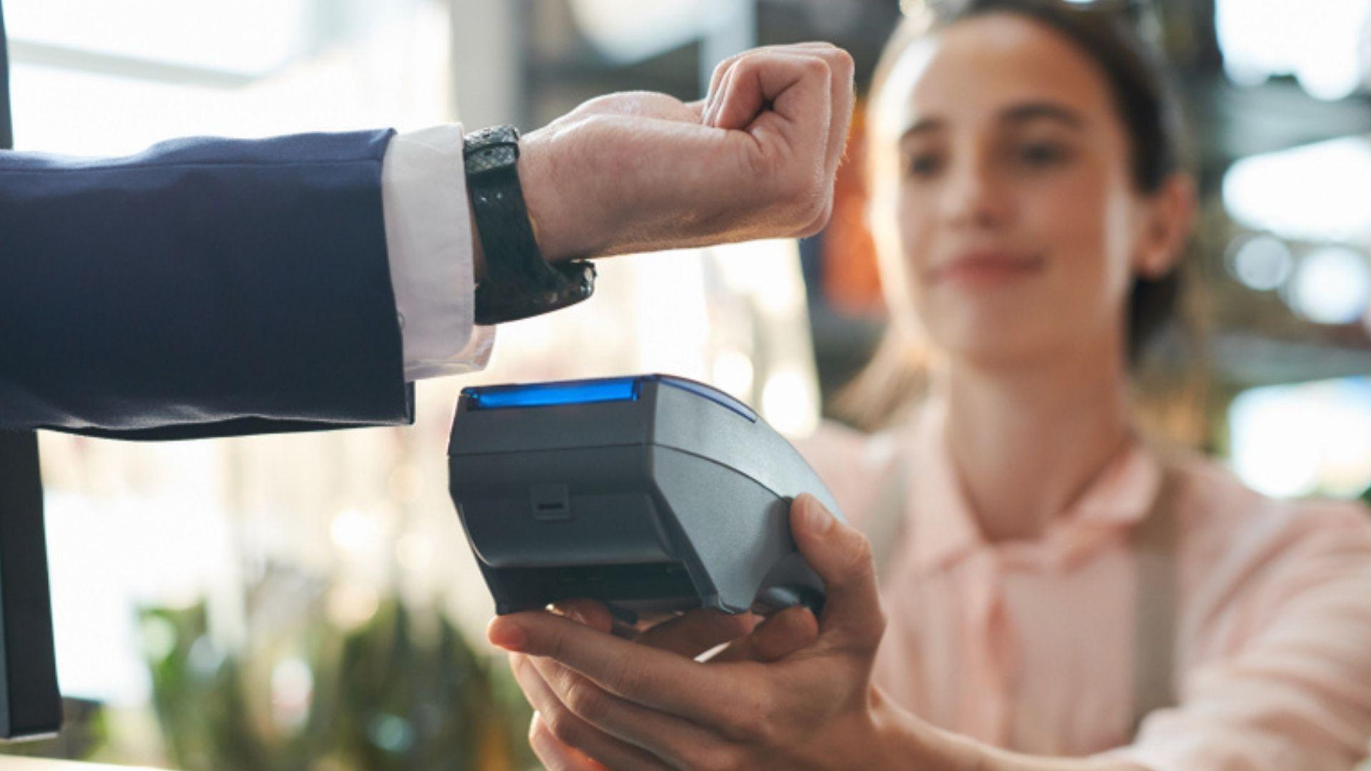 Alguns smartwatches também podem ser usados para pagamentos por aproximação (Foto: Shutterstock)