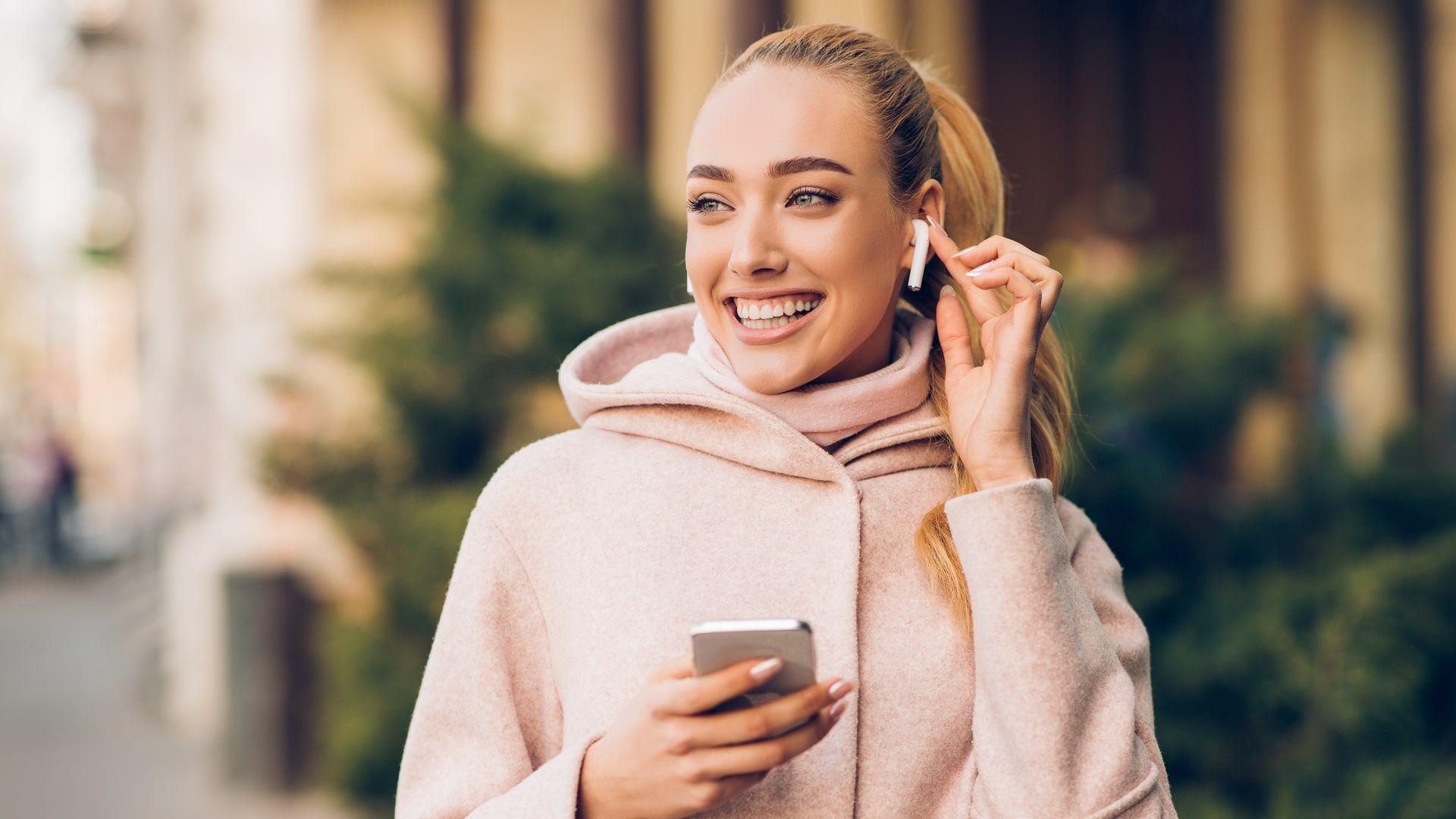 AirPods da Apple é um dos principais modelos de fone TWS para comprar em 2021 (Foto: Shutterstock)