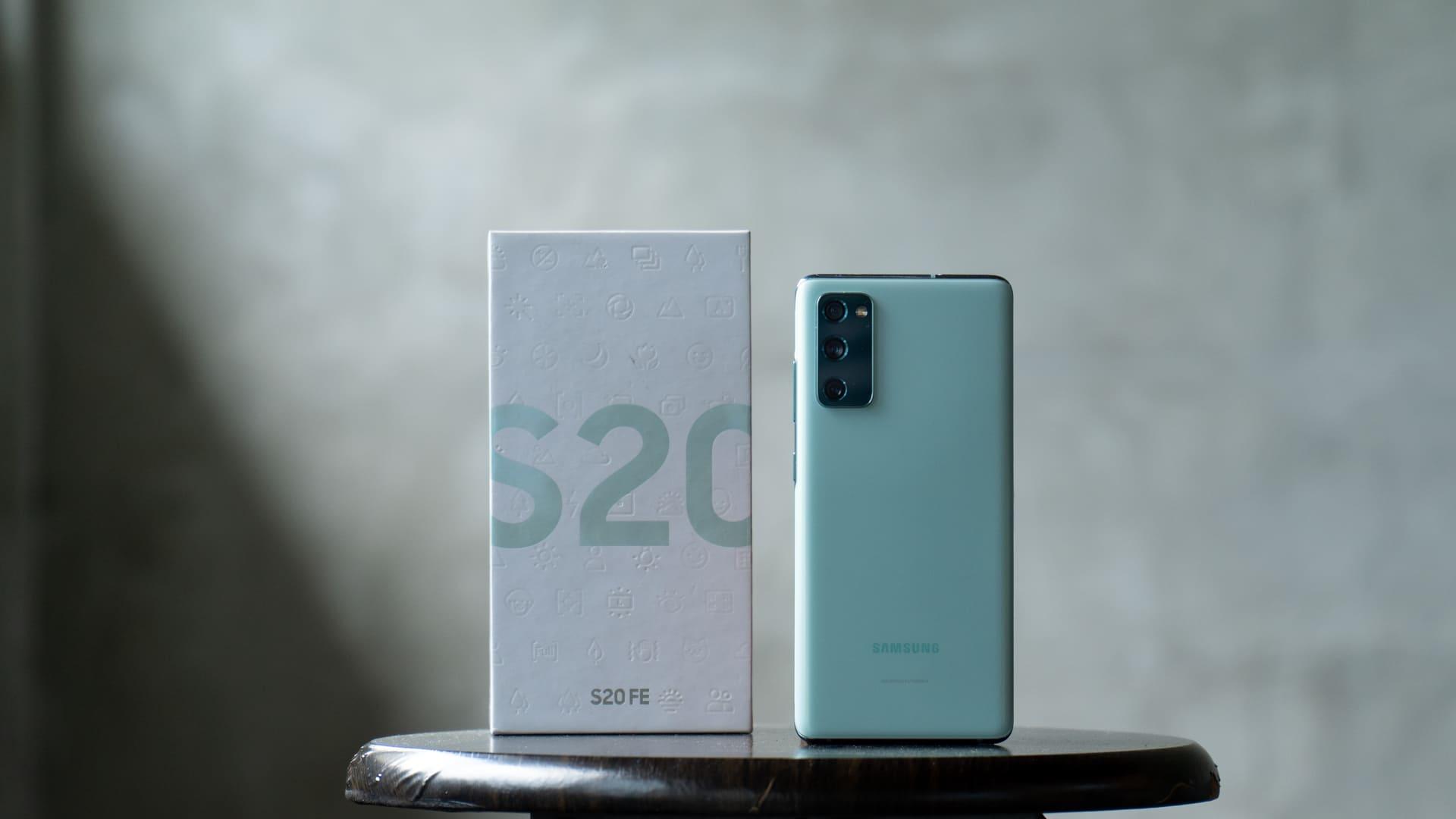 O Galaxy S20 FE é uma versão mais acessível da linha Samsung Galaxy S da geração 2020 (Foto: Shutterstock)