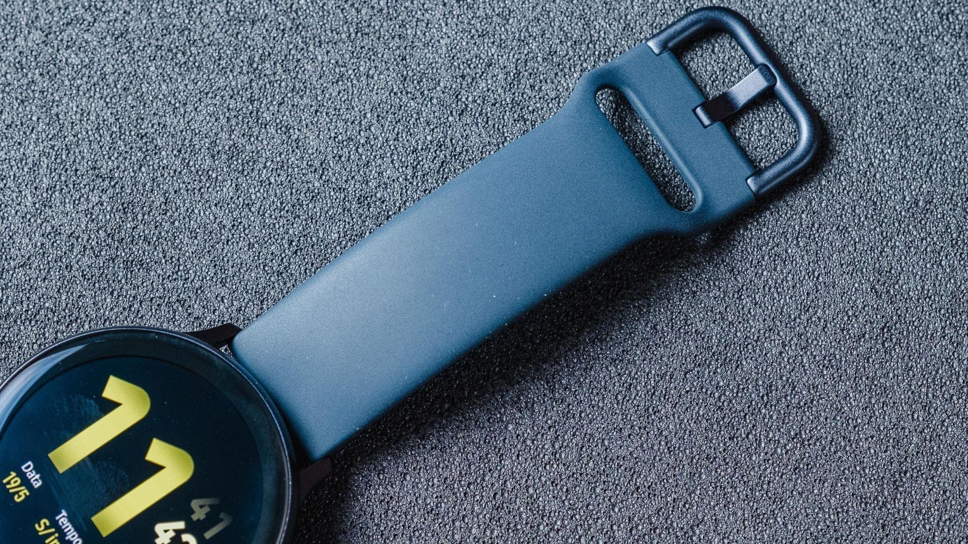 Detalhe da pulseira emborrachada que vem com o Galaxy Watch Active 2 (Foto: Zoom)