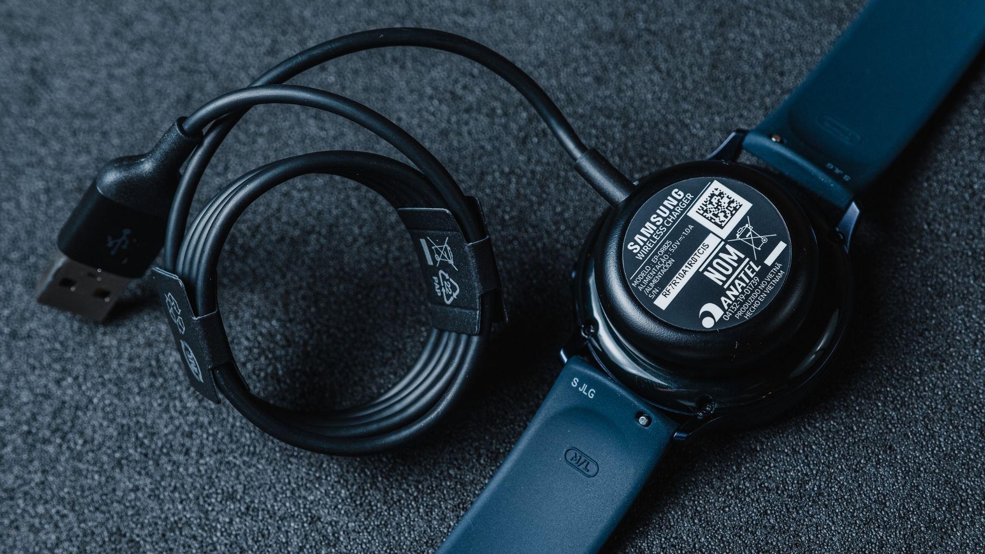 Galaxy Watch Active 2 tem carregador sem fio (Foto: Zoom)
