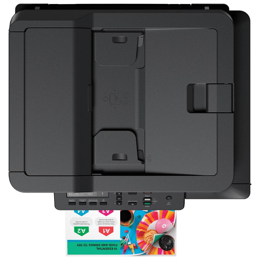 Foto de cima da impressora Brother DCP-T720W com papel colorido impresso